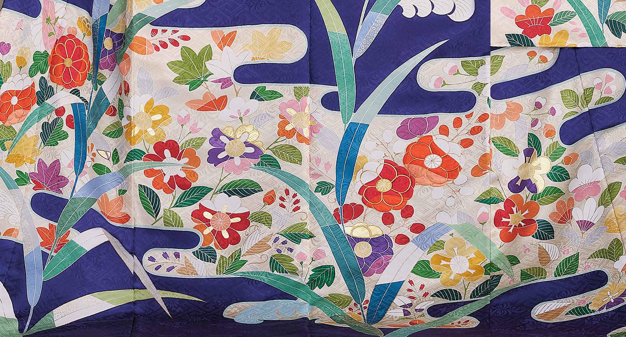 霞取りの中に桃山調の草花が優美に表現されている