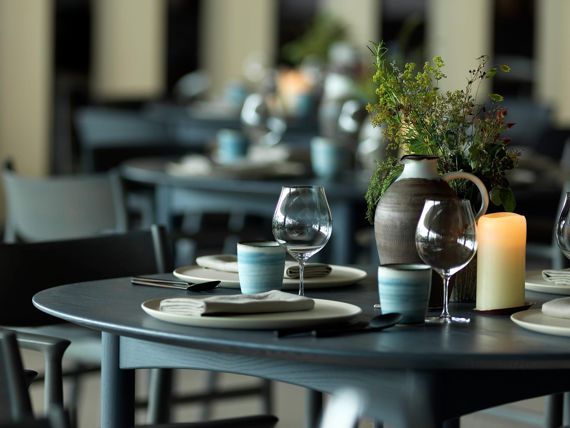 料理、テーブルウエア、活けられた草花もトータルで一体の空間となり、INUAらしさを表現している。Photography Jason Loucas