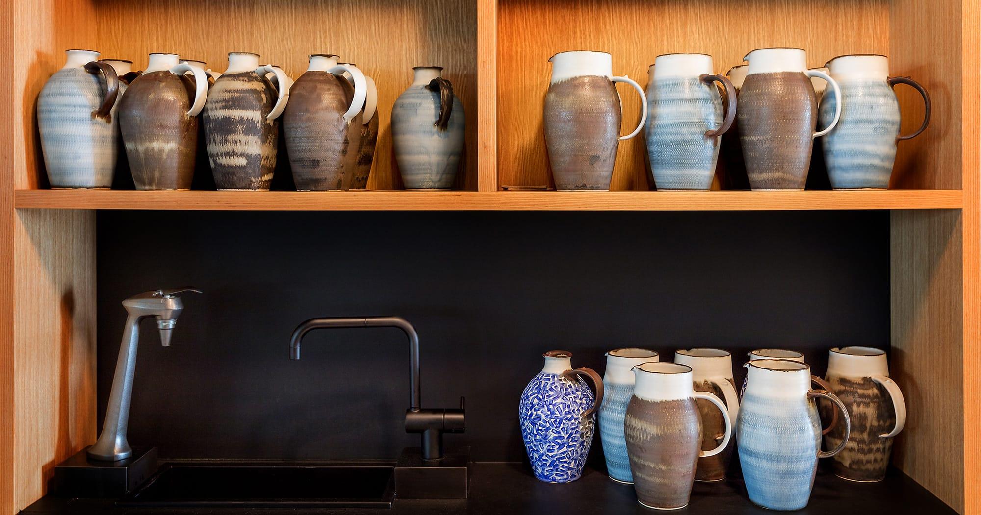 INUAはテーブルウエア、器、カトトラリーのセレクトも独自だ。インスタグラムなどで見つけた作家から、その人がフォローしている作家などに次々広げていくという現代的な方法で、料理と空間にふさわしい物がそろった。写真のジャグをはじめ、カップや皿の多くは埼玉県入間市で作陶する田中信彦の作品。