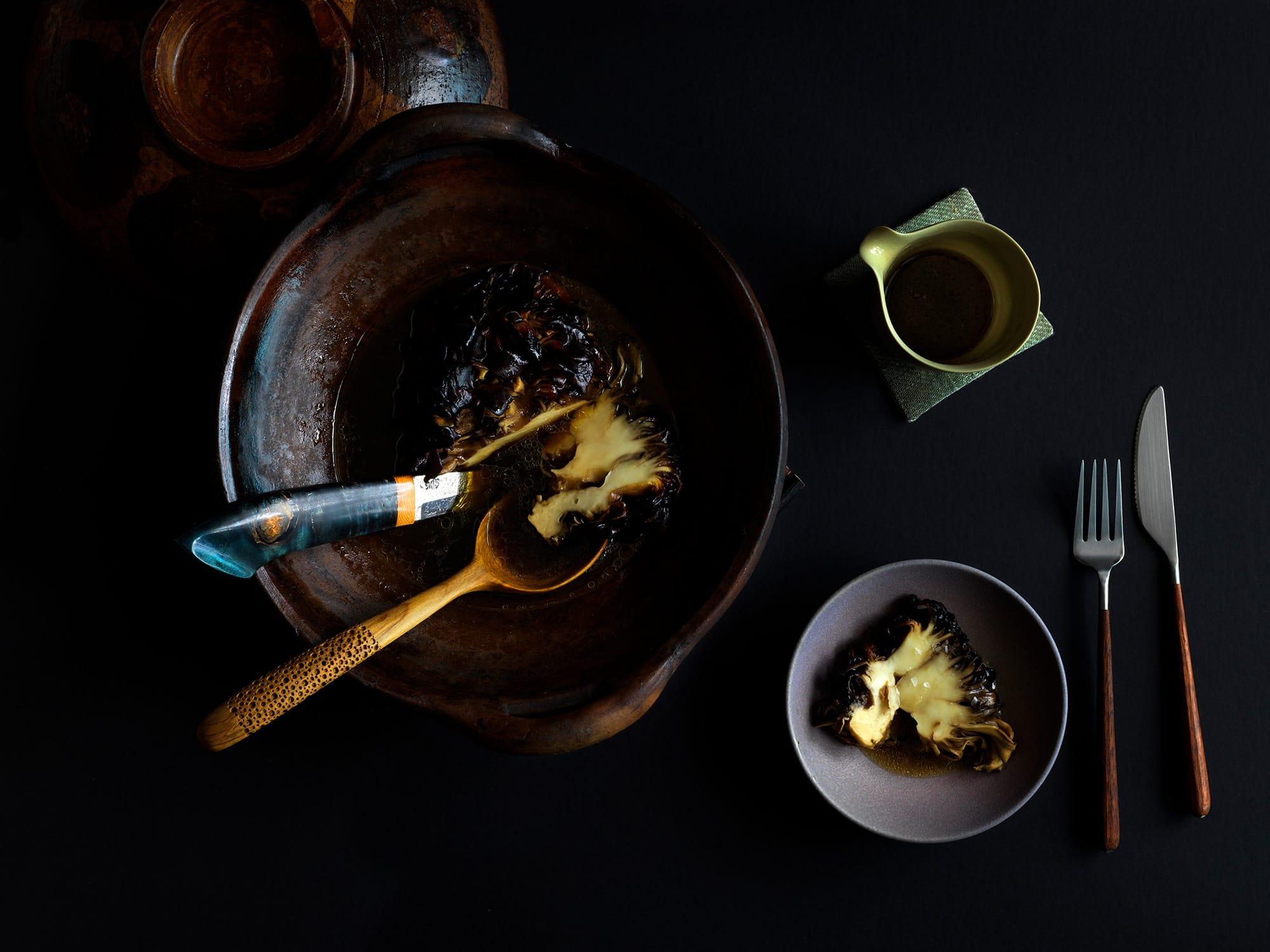 熟成・燻製した舞茸。シンプルな出来上がりだが、4種の調味料(米麹オイル、味噌ウォーター、昆布だし、松のだし)を用い約8日間を要して完成する一品。Photography Jason Loucas