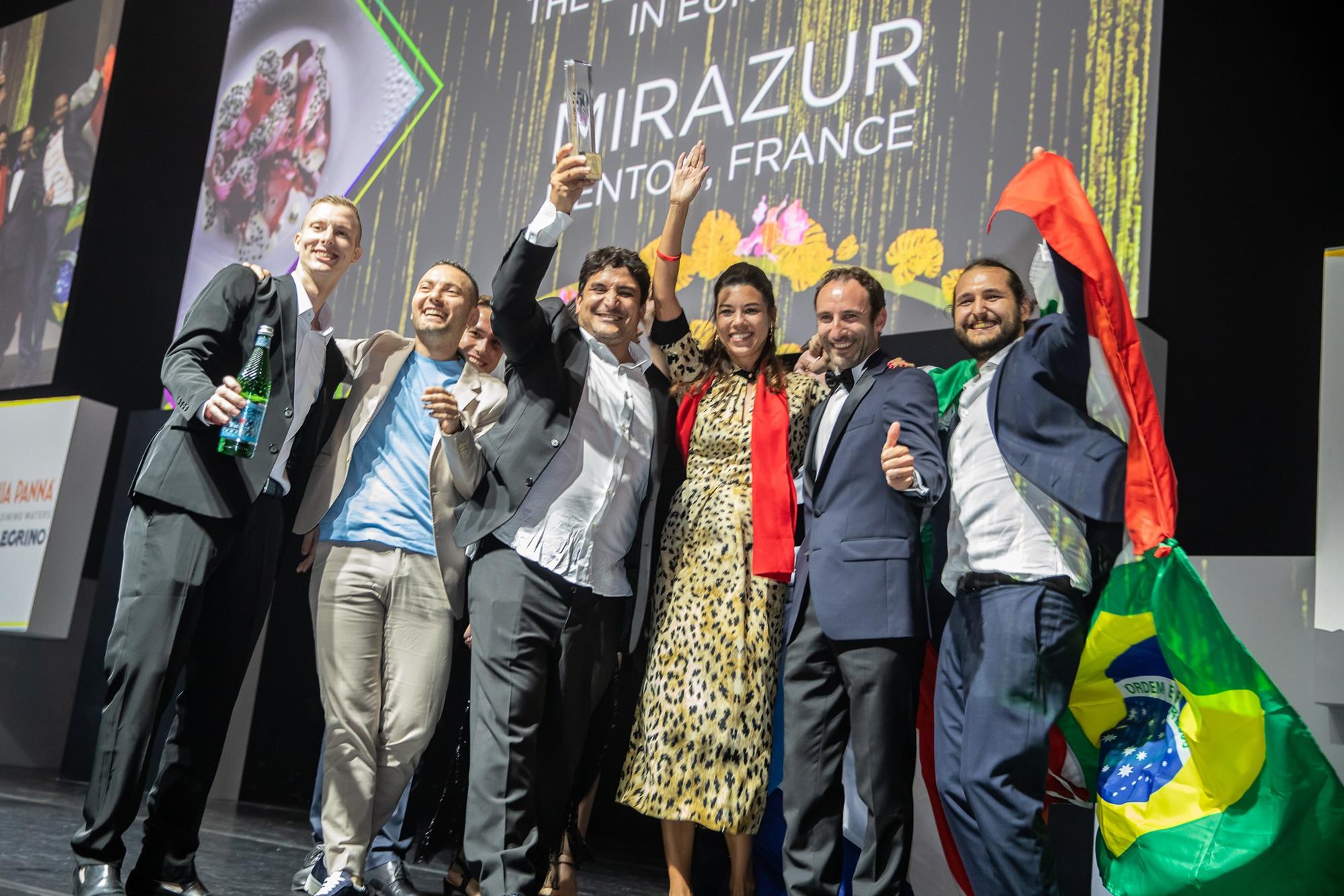 2019年6月、シンガポールで開催された2019年版「世界のベストレストラン50」で1位になった「ミラズール」のチーム。アルゼンチン・ブラジル・フランス・イタリアの4ヵ国の国旗を縫い合わせた旗を持って登壇した。右はスーシェフで、今回の来日にもコラグレコに帯同したLuca Mattioli(ルカ・マッティオリ)。