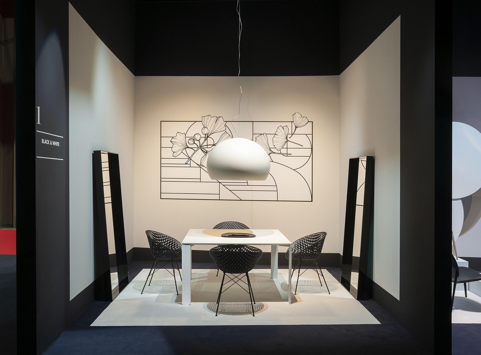 吉岡徳仁デザインのSMATRIKが置かれた、2019年ミラノサローネのカルテルスタンド。