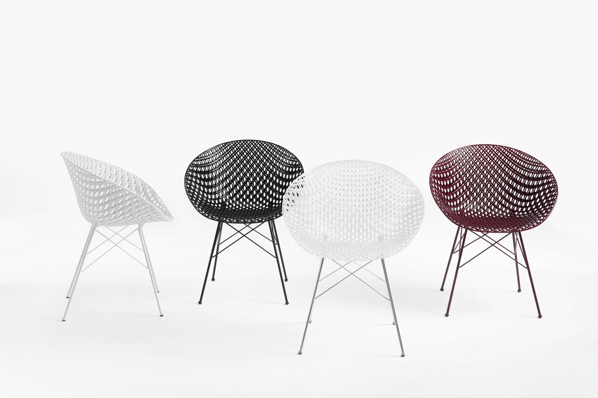 座面は透明、白、黒、プラムの4色。脚はカラー塗装とクロームメッキがある。吉岡徳仁デザインのチェア『SMATRIK』63,580円(税込)