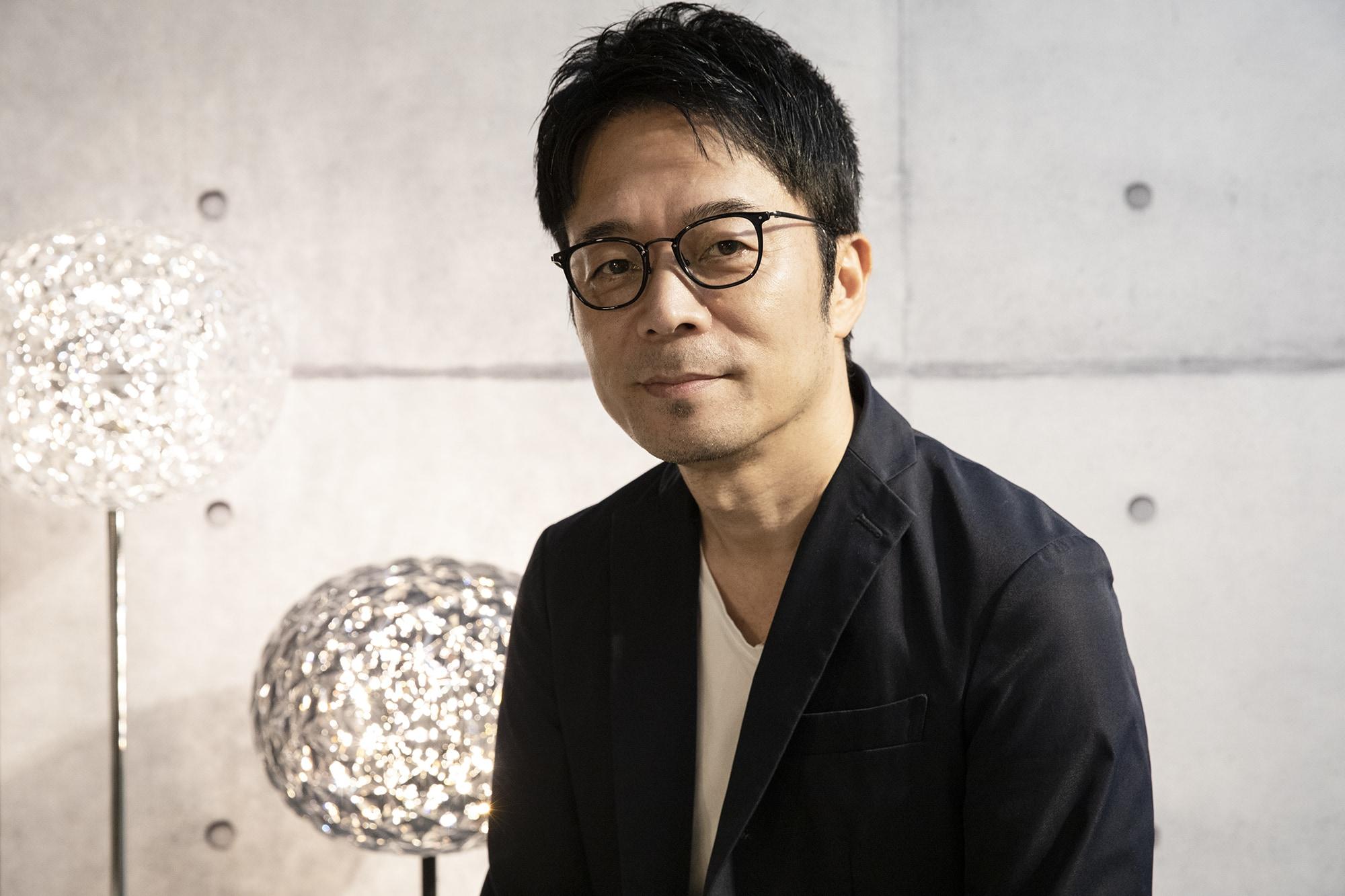 2020年1月6日公開しているPremium Japan「家具の革新に挑む Kartell×吉岡徳仁」より。伊インテリアブランドKartell社とのコラボレーションについて、同社コマーシャルディレクター フェデリコ・ルーティとの対談。背景の照明は吉岡が宇宙に浮かぶ惑星をイメージしてデザインしたKartellの照明「プラネット」