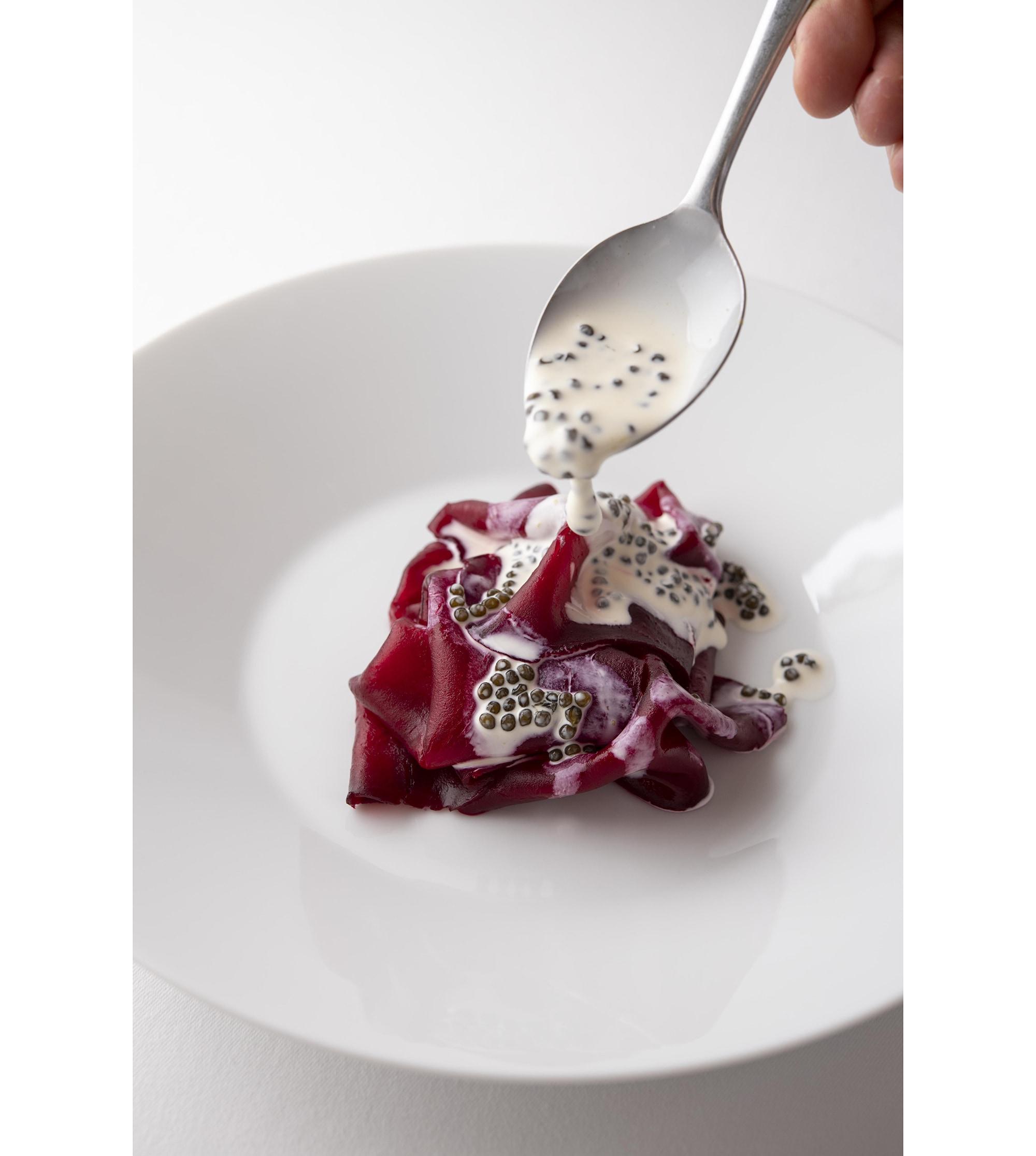 ミラズールのシグニチャー料理である「塩釜で焼いたビーツ 生クリームとクリスタルキャビアのソース」(前編のトップ画像はマントン・ミラズールで提供されている料理)。こちらは日本のビーツを使っている。クック・ジャパン・プロジェクトより。
