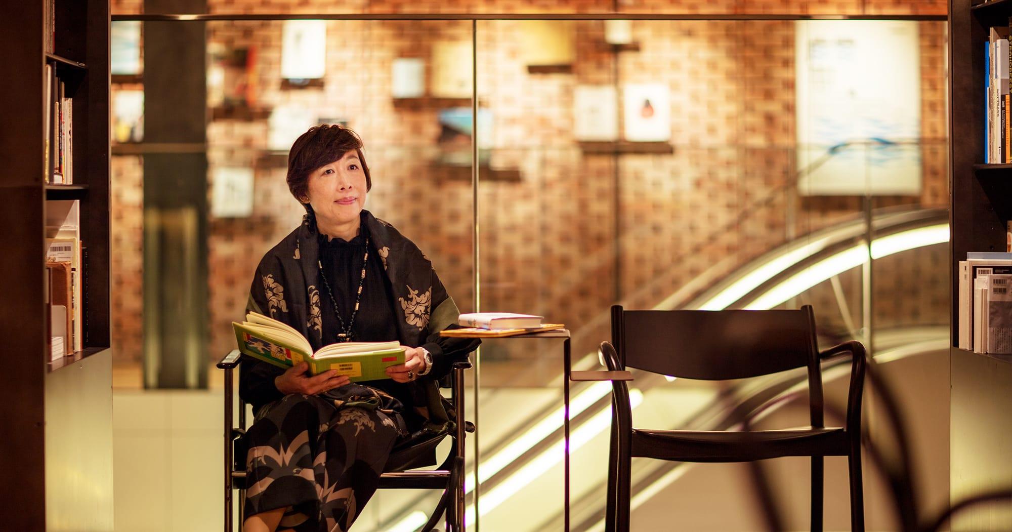 6階のATELIER MUJIにあるライブラリーで。自身の関わった絵本作家の本を手に。