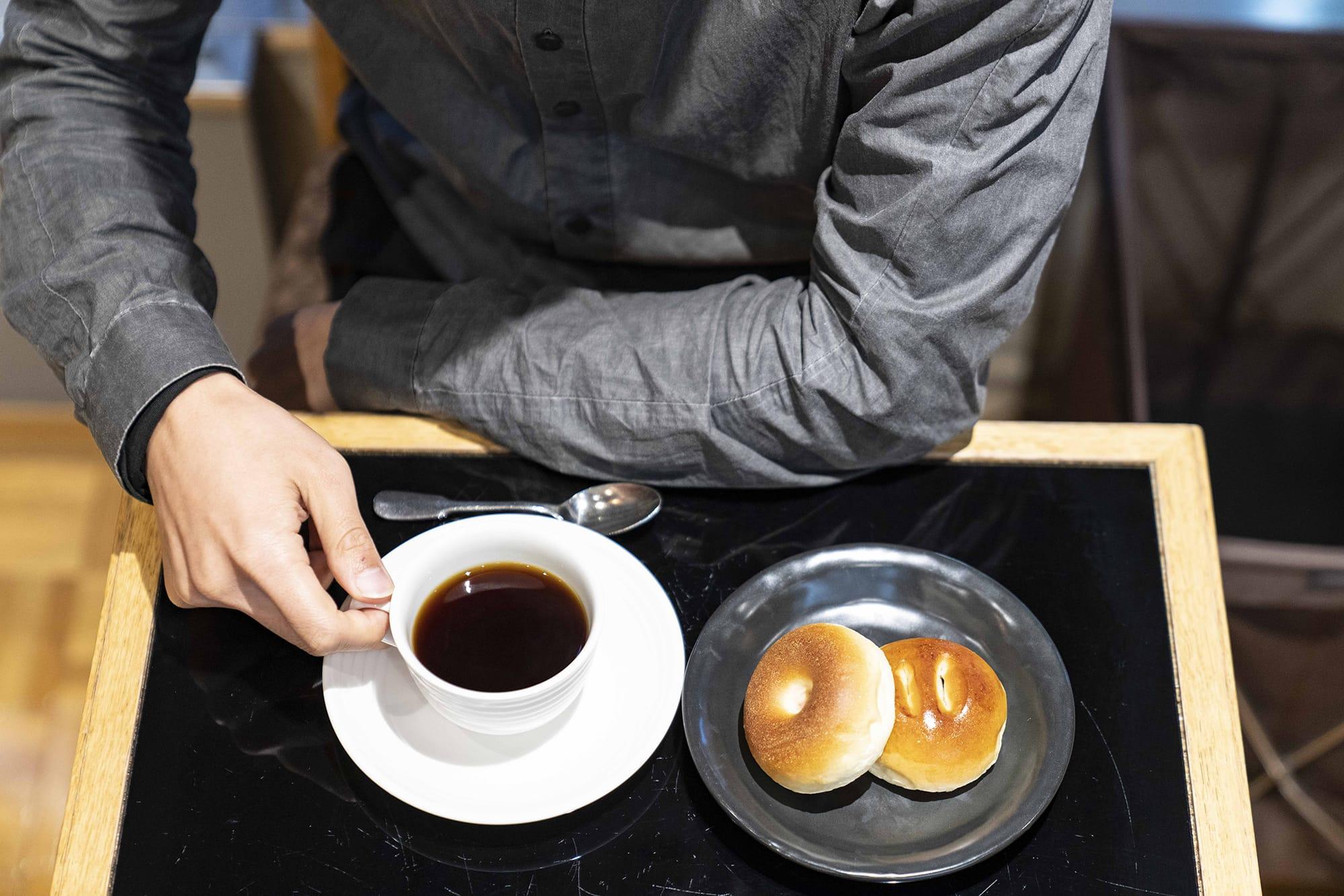 2階の喫茶はコーヒーがおいしいとのこと。写真はあんぱんセット 1050円(ドリンク付/税込み)。
