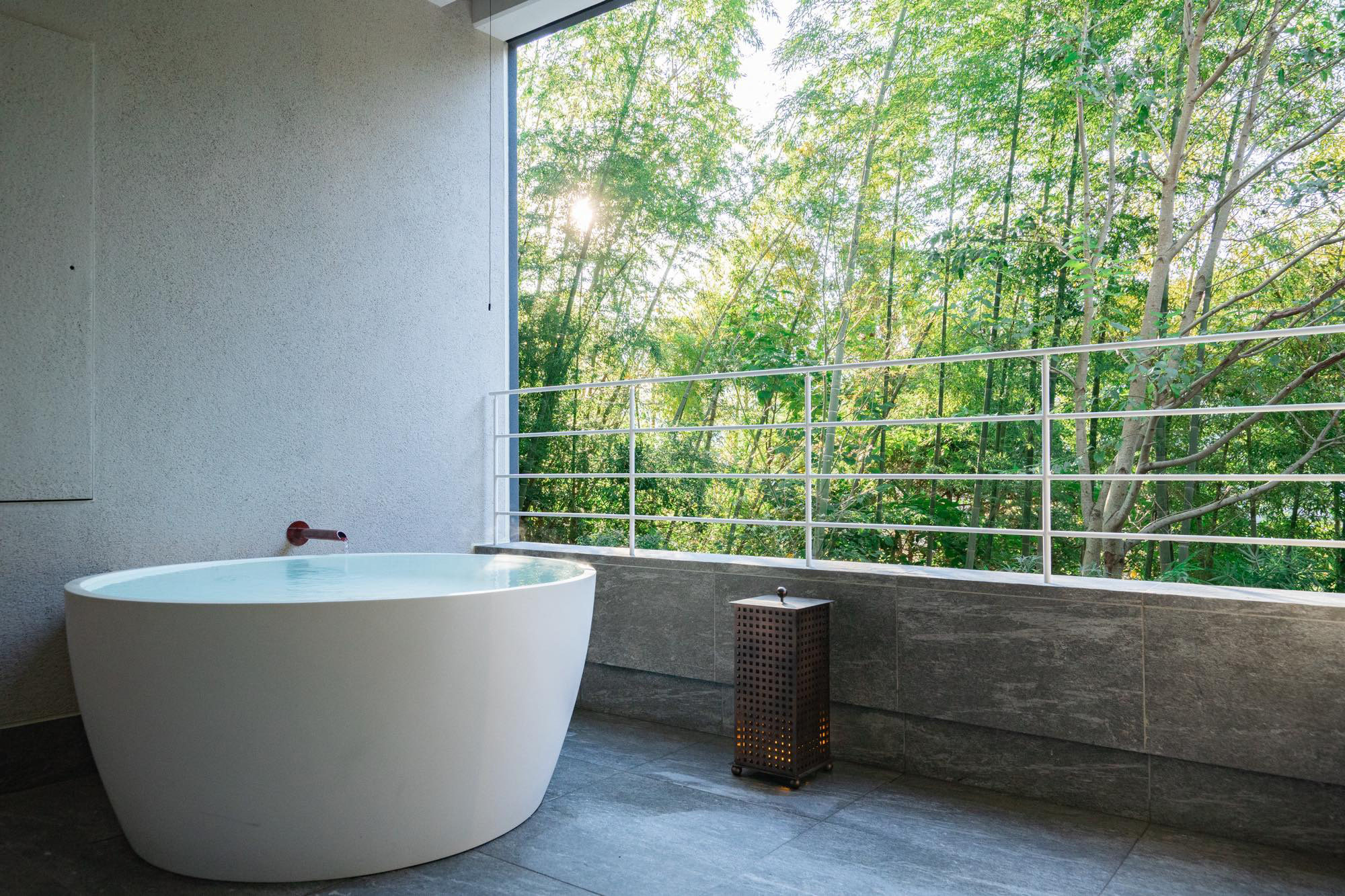The view and design of the bathtub differ depending on the floor.
