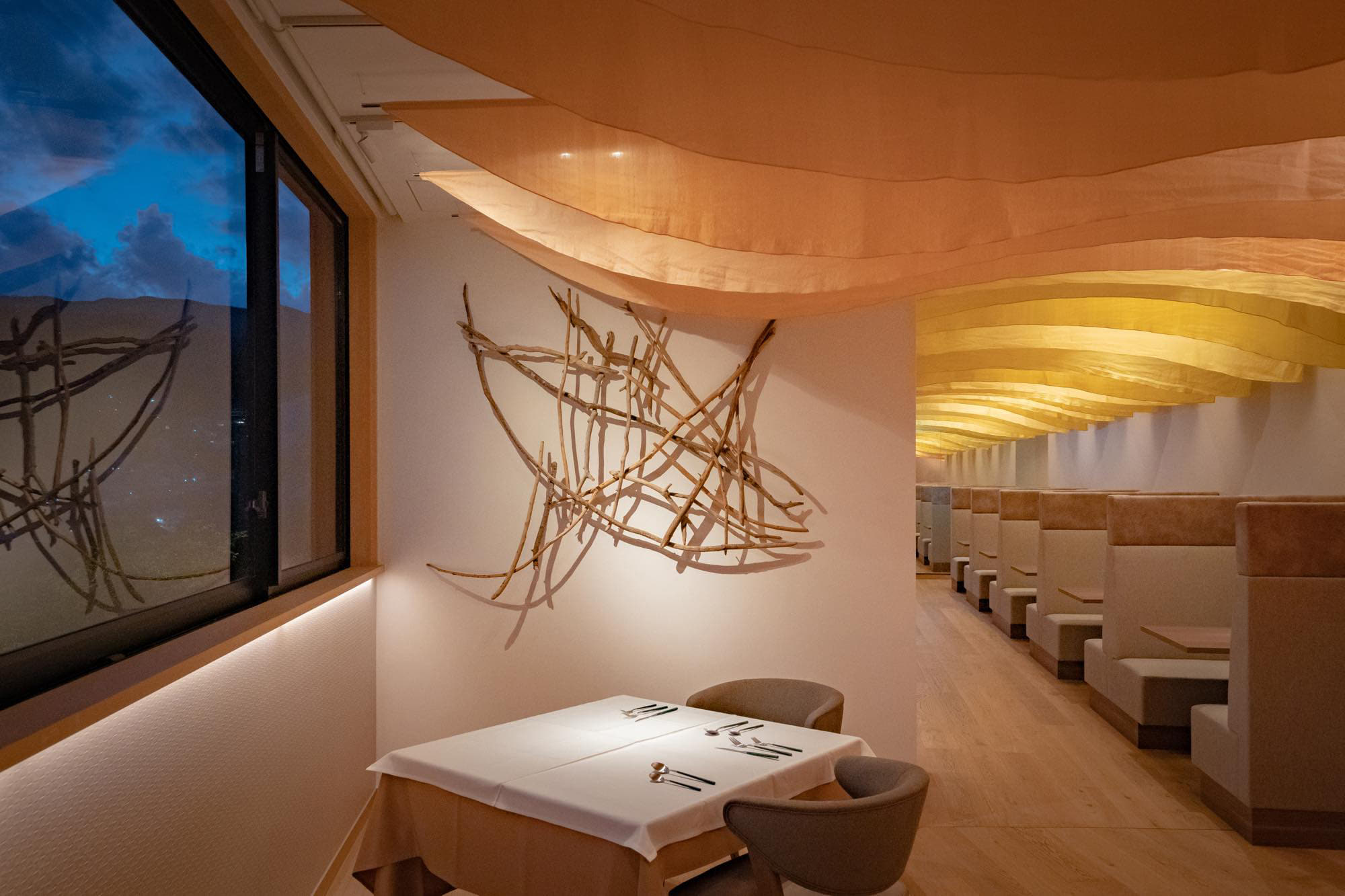 The art installation using silk and driftwoods, is a work by Koji Arai, a fashion designer based in Atami.