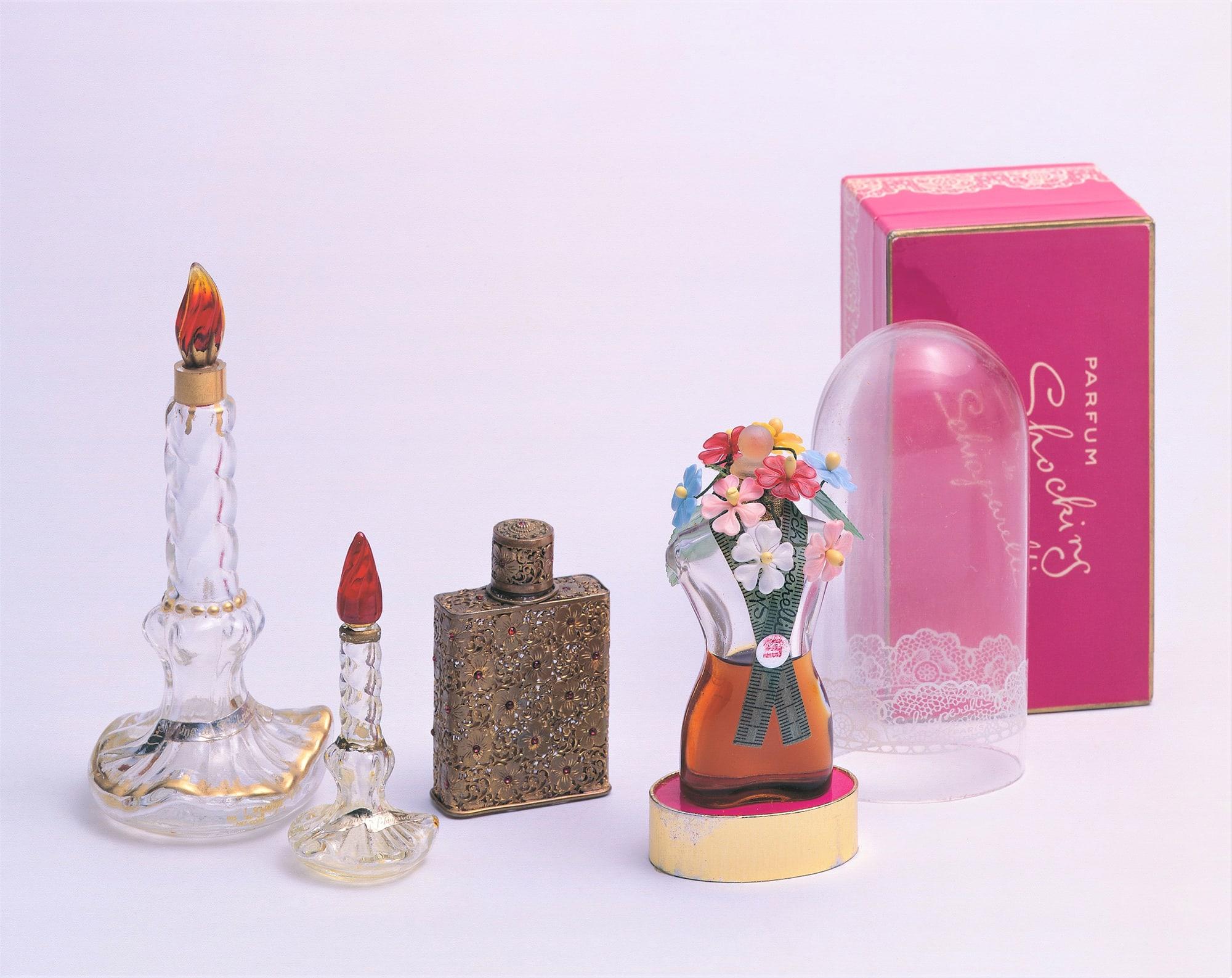 「モードとアートの香水瓶―ポワレ、スキャパレッリ、ディオール」展より。スキャパレッリ《スリーピング(眠り)》バカラ社製1938年、スキャパレッリ《ショッキング》バカラ社製1937年