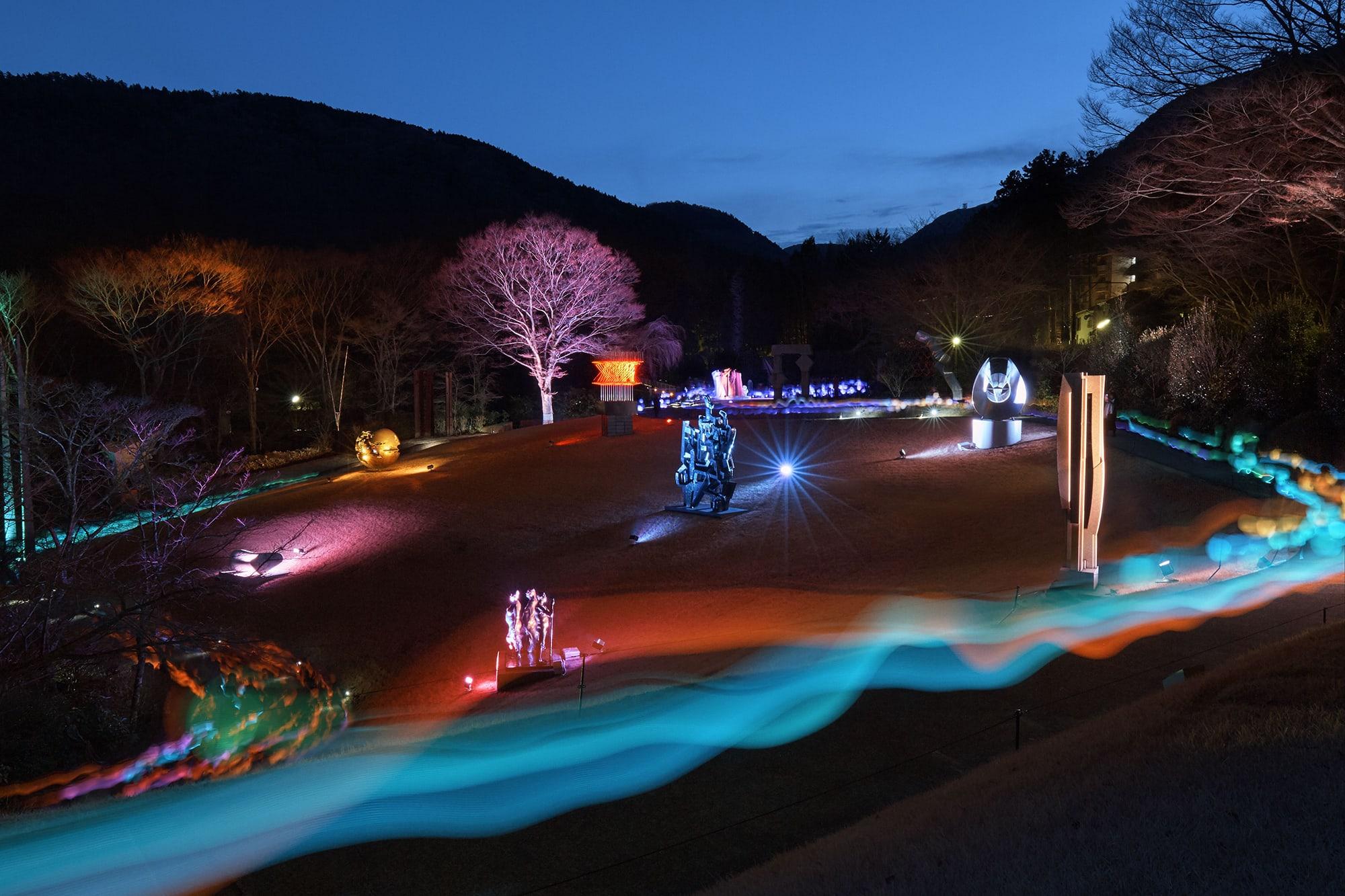 彫刻の森美術館《Glow with Night Garden Project in Hakone》では、来館者は提灯の色が変化するLED提灯を持って庭園を巡る。髙橋匡太《Glow with Night Garden Project in Hakone》Photo: Mito Murakami