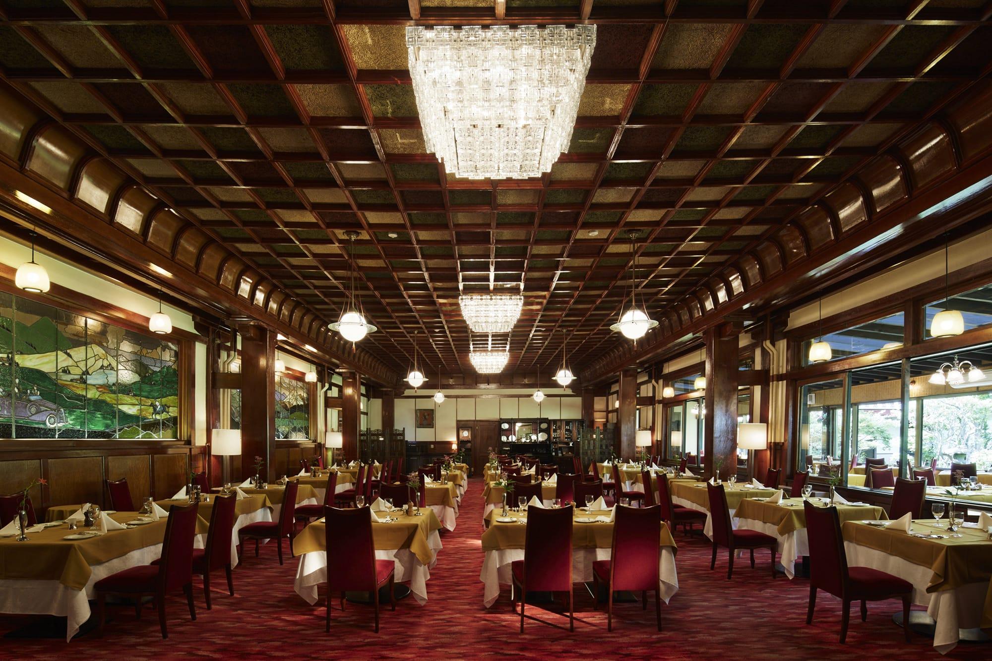 軽井沢のカラ松林に囲まれた万平ホテル。クラシカルな重厚さを漂わせる欧米風建築と調度品がゲストを迎え入れる。