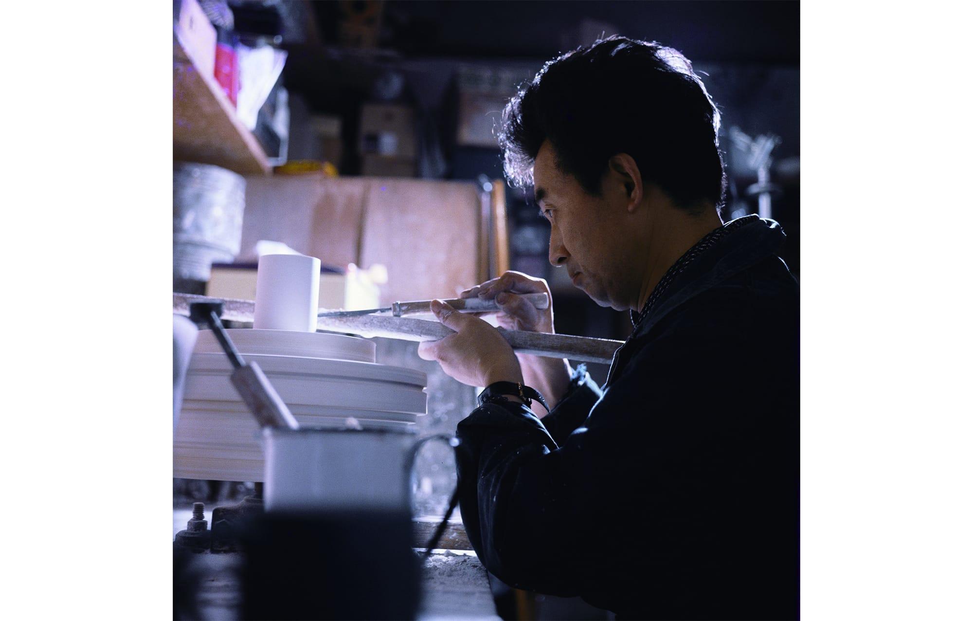 民芸運動の創始者・柳宗悦を父に持つ、戦後日本を代表するプロダクトデザイナー、柳宗理。柳工業デザイン研究所を設立し、日本におけるプロダクトデザインの発展に寄与した。「石膏ロクロで作業する柳宗理 @YANAGI DESIGN OFFICE」
