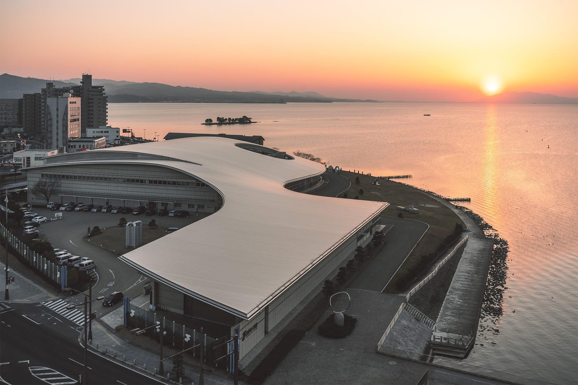 宍道湖を臨む美術館の美しい外観。建築家は菊竹清訓。