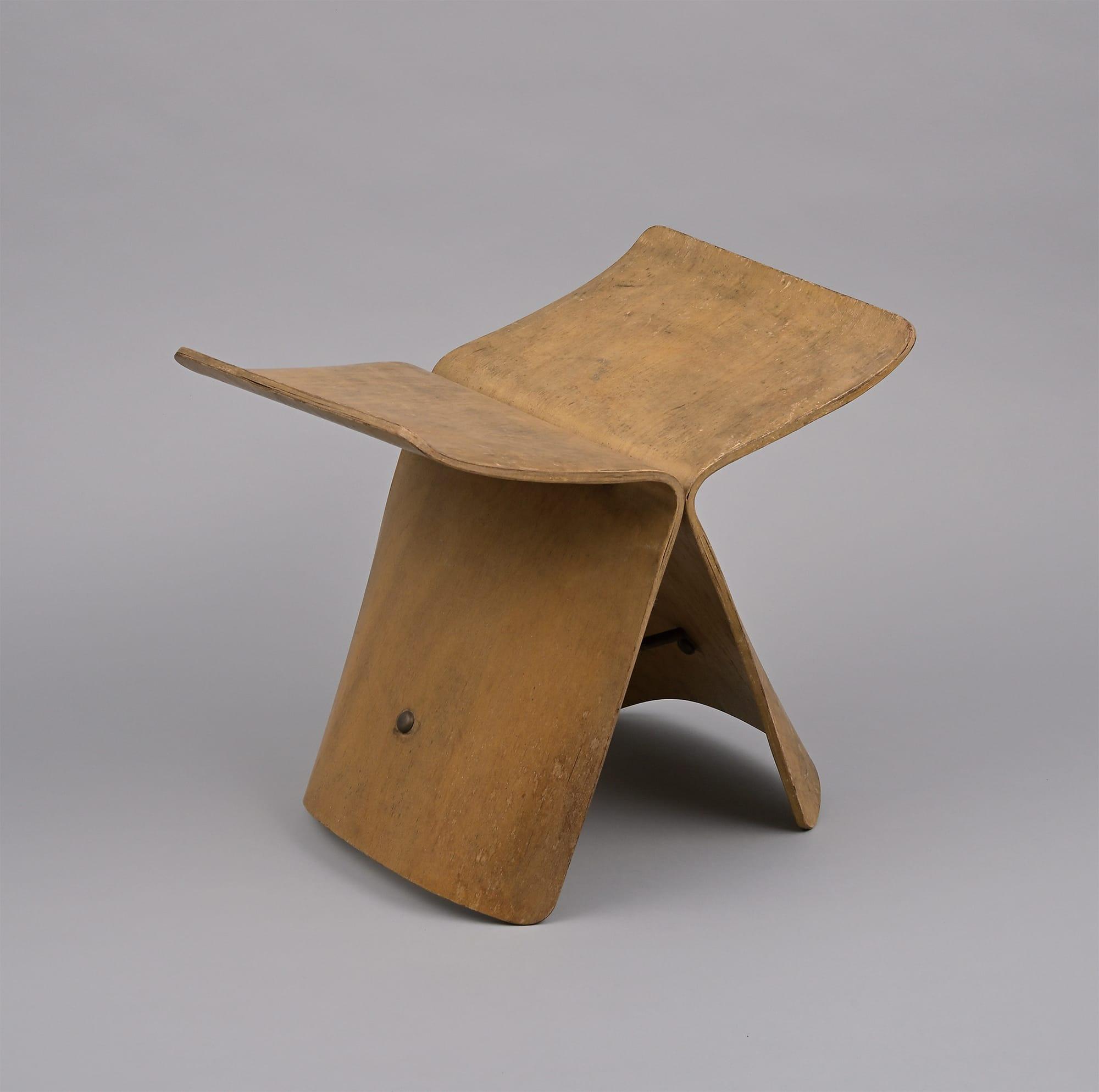 《バタフライスツール 初期型》 天童木工 1956年 柳工業デザイン研究会蔵
