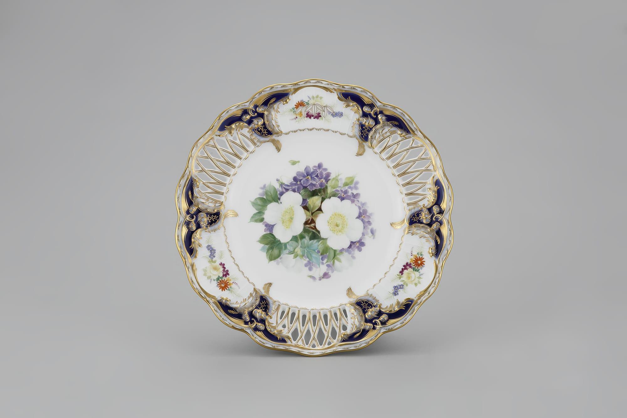 見事な透かし彫りの技法が見られる「瑠璃透彫サービス皿」 1940-45年 個人蔵
