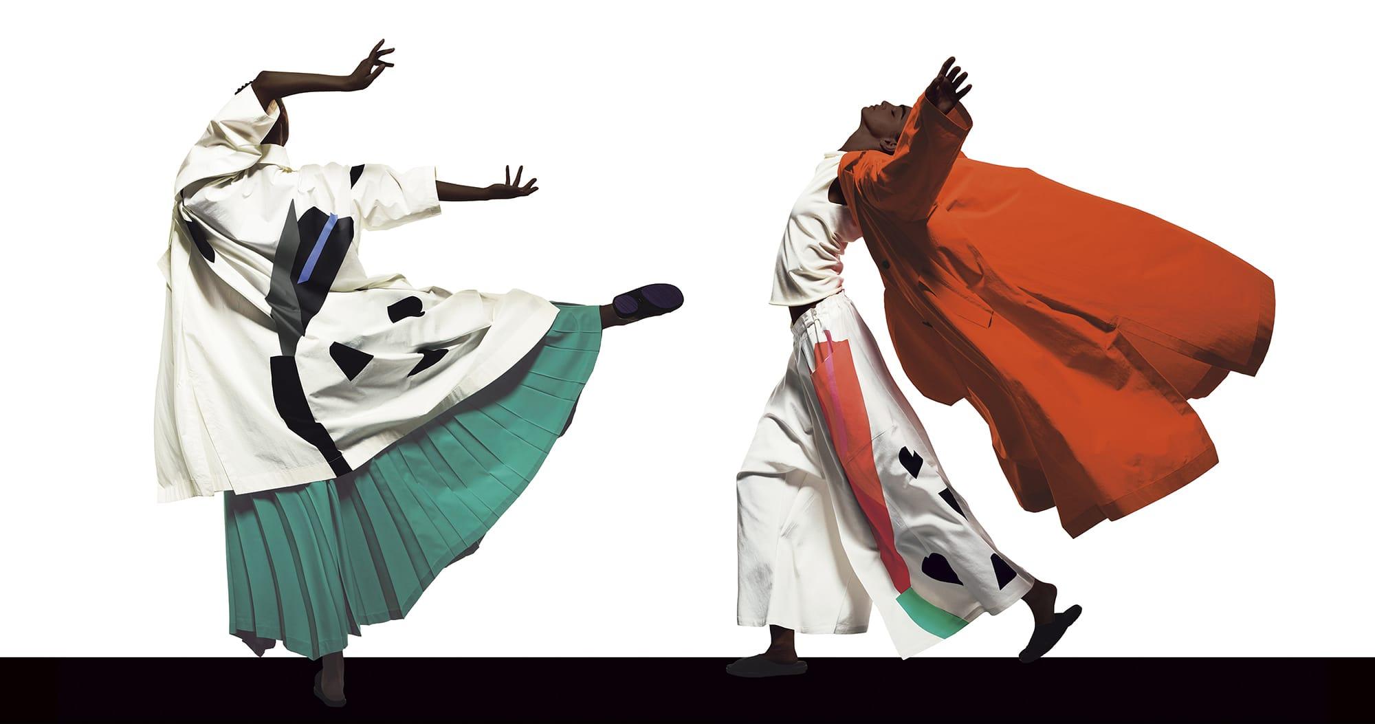 左)背中に《ゆり―M》を大胆に配したコート90,000円、スカート65,000円、右)コート90,000円、パンツ43,000円、トップ20,000円
