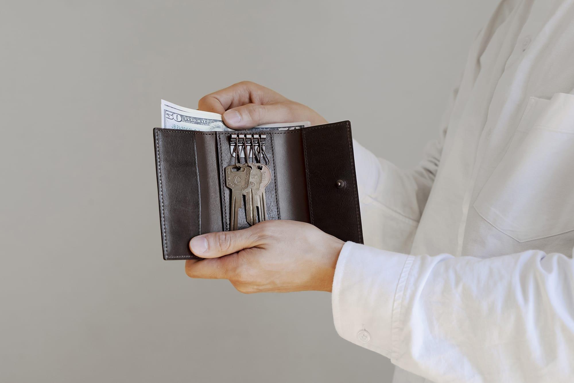 キーフックにはスイス・アミエット社のアンティーク調カッパーメッキのものを使用。札入れの中にはカード1枚を収納できるスペースも。