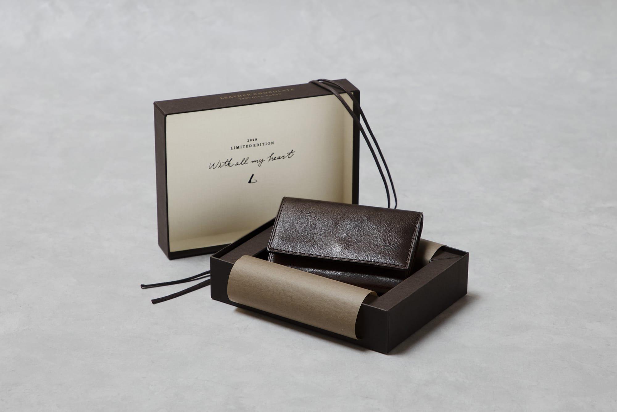 チョコレート色のレザーキーケースが、本物のチョコレートのパッケージのようなギフトボックスに収められている。