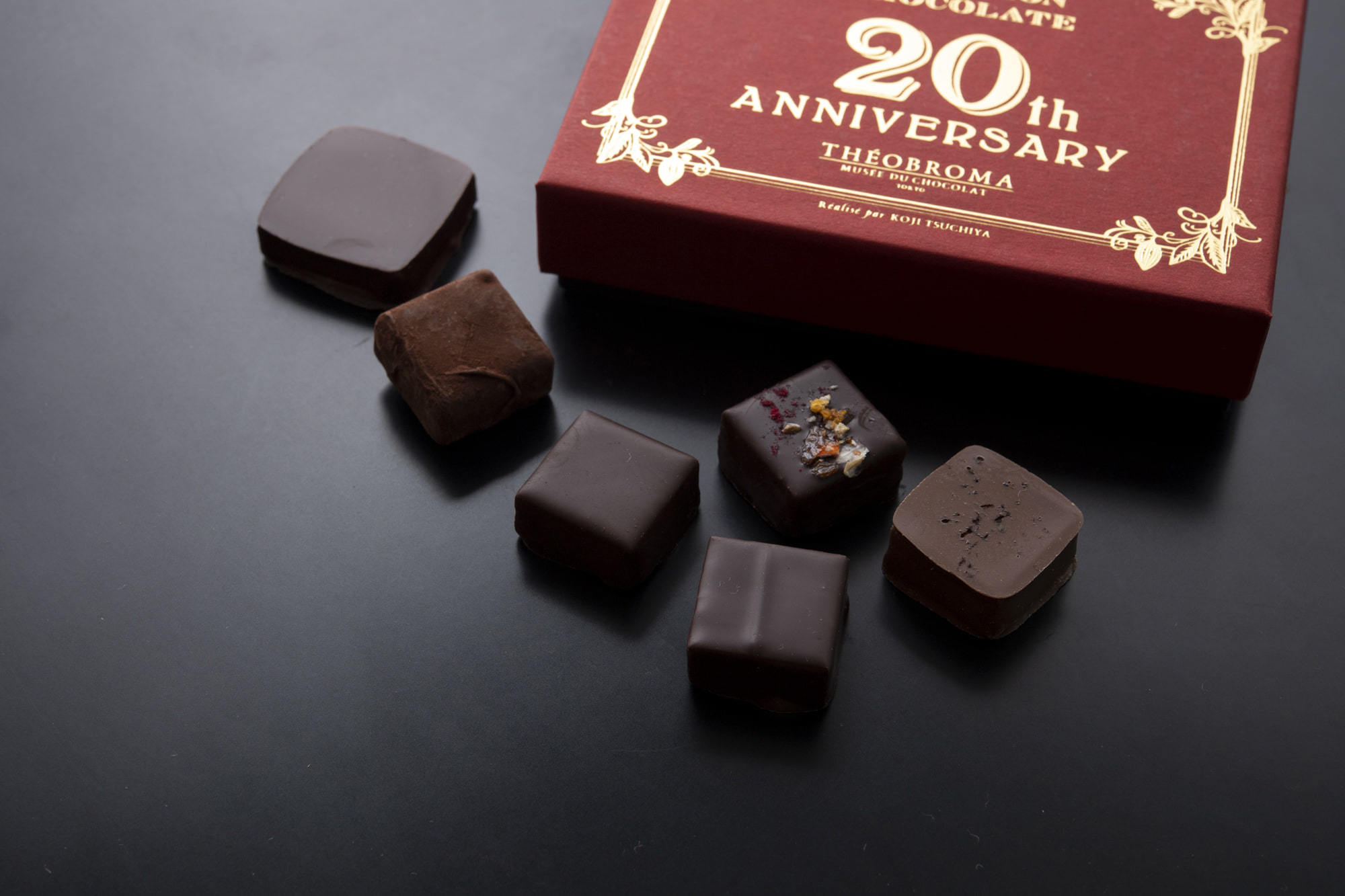 海外のチョコレート大会で受賞歴のあるボンボン・ショコラが一堂に揃った「20th アニバーサリー」。左から、ジャパニーズウイスキー、生チョコトリュフ、九条葱、アグレアーブル、紫蘇わさび、八丁味噌。香りの広がりかた、余韻が絶妙だ。2,592円(税込)。