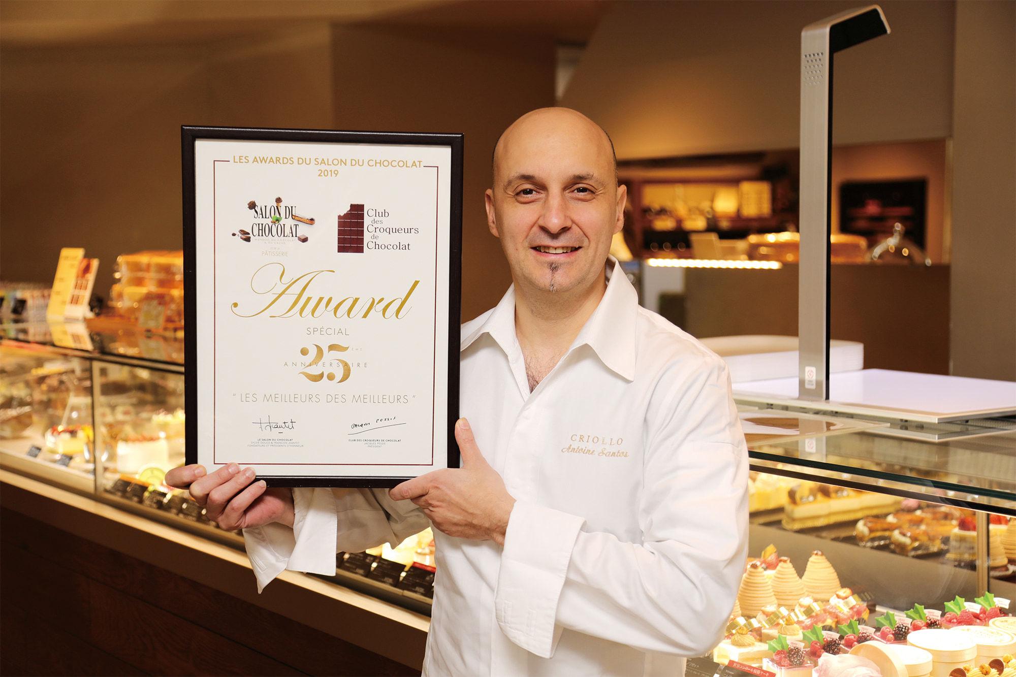 2019年、パリのサロン・デュ・ショコラにてベストチョコレートショップアワードを受賞した「クリオロ」アントワーヌ・サントスシェフ。