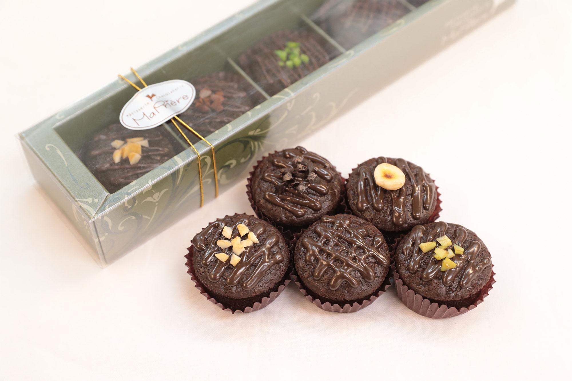 産地別のチョコレートをケーキで楽しむ。マ・プリエールの看板商品「マ・プリ・ショコラ 」。エクアドル、パプアニューギニア、ベネズエラ、ドミニカ、西アフリカサントメ島のカカオの違いを食べ比べ。1,620円/5個(税込)