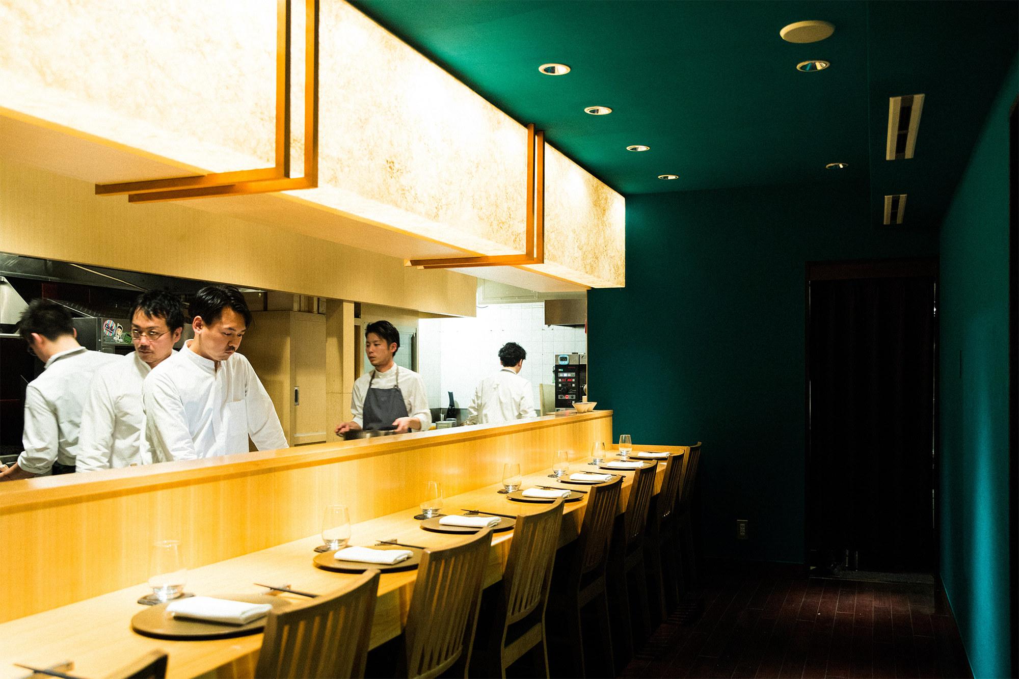 このカウンターを見て、あれ?と思った方も多いだろう。現在は外苑前に移転した長谷川在佑日本料理店「傳(でん)」がかつてあった空間を引き継ぎ、ほぼそのまま利用している。