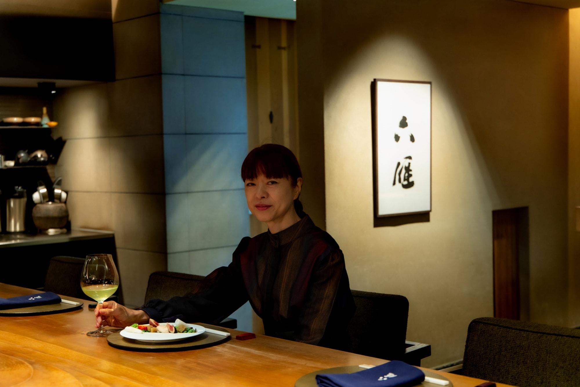 六雁(むつかり)のゆったりとしたカウンター席で。料理人と食べる人の心が出逢う、劇場のような空間が広がる。