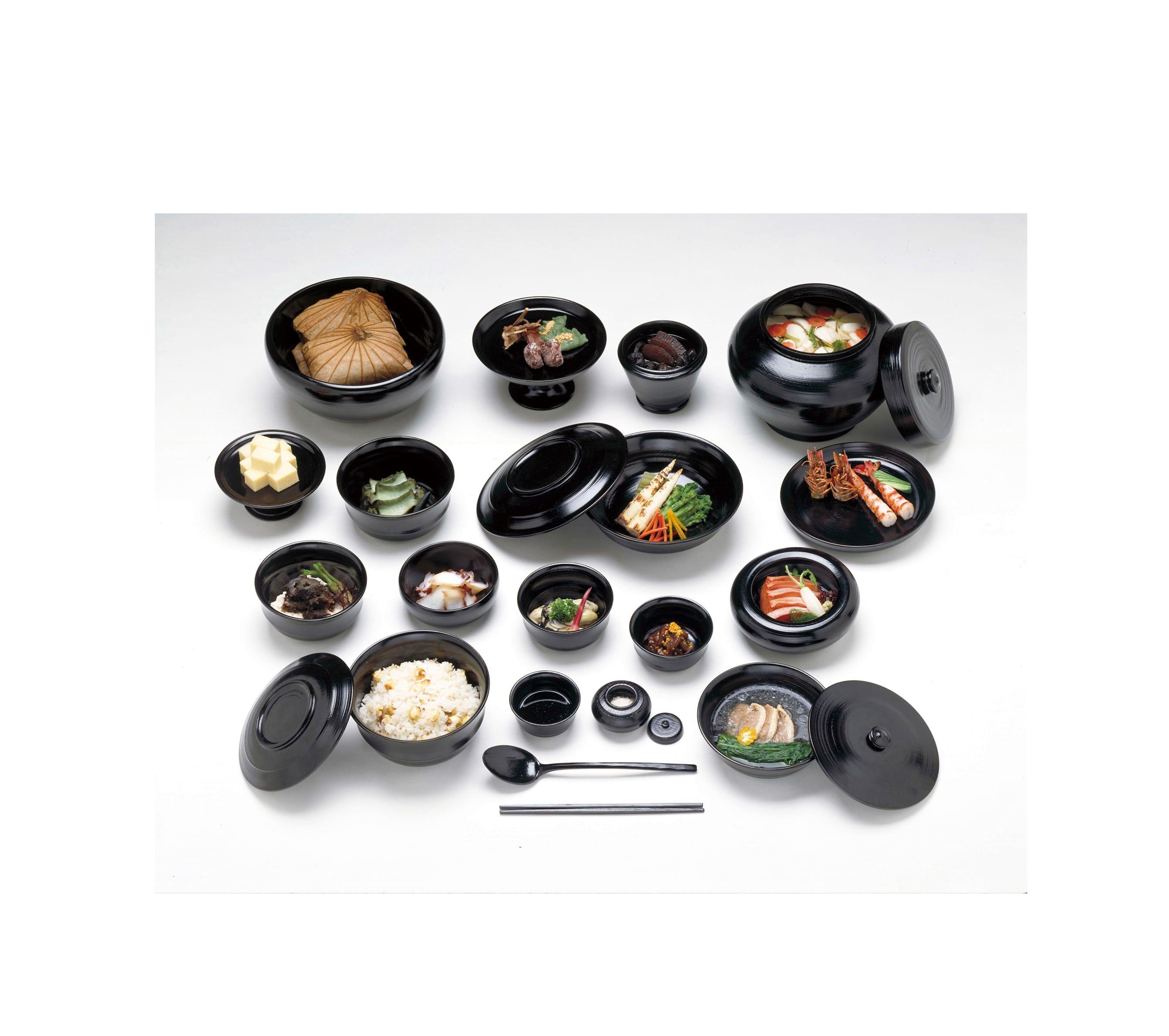 奈良時代の貴族の宴会料理の再現模型 奥村彪生監修 奈良文化財研究所蔵 平城京の長屋王邸宅跡から見つかった木簡をもとに、当時の宴会料理を再現。タコやエビ、ナス、タケノコなど、現代でもおなじみの食材が見られる。