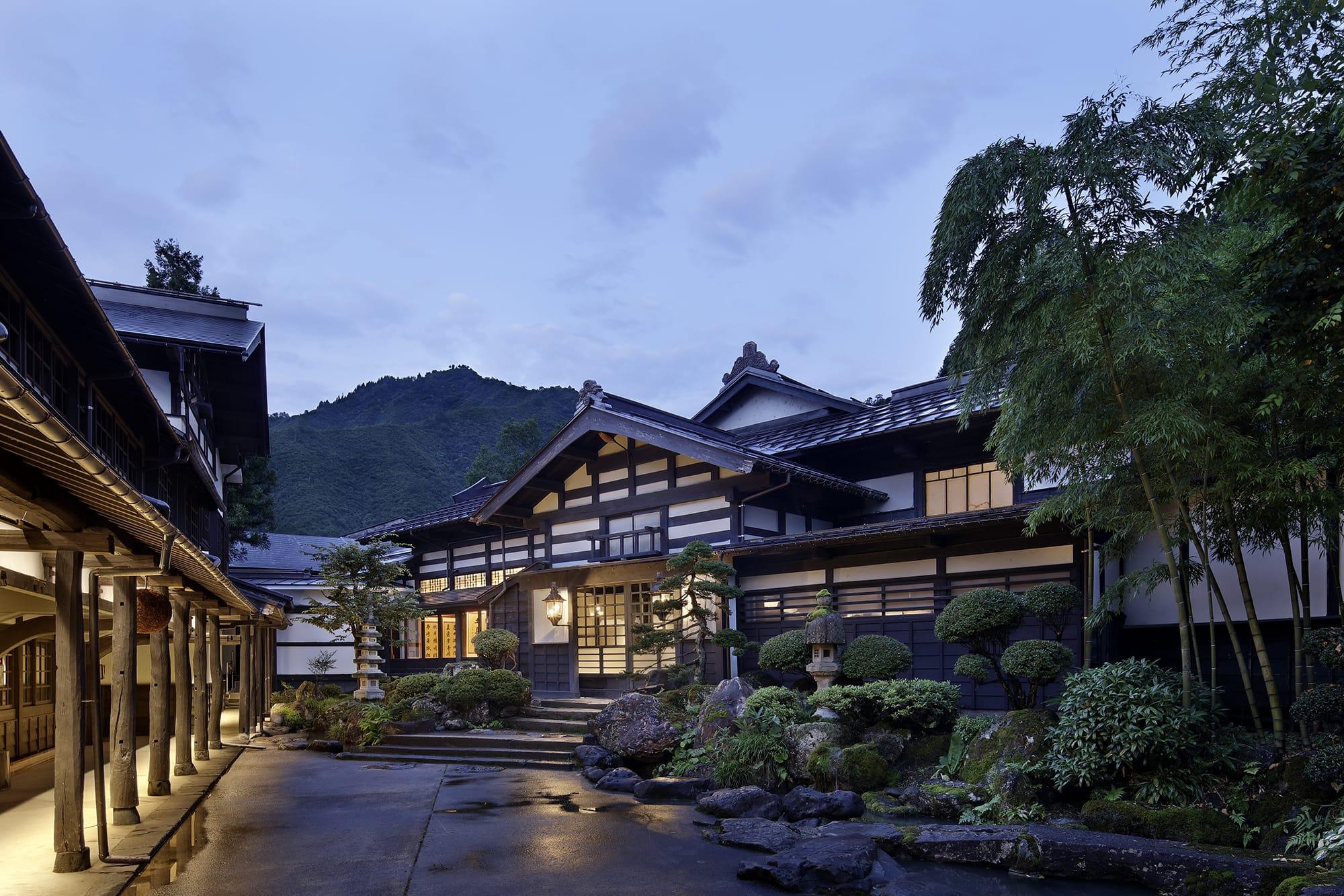地元の豪農の屋敷など8つの古民家を移築し、文化財にも指定された老舗旅館「温泉御宿 龍言」をリニューアル。