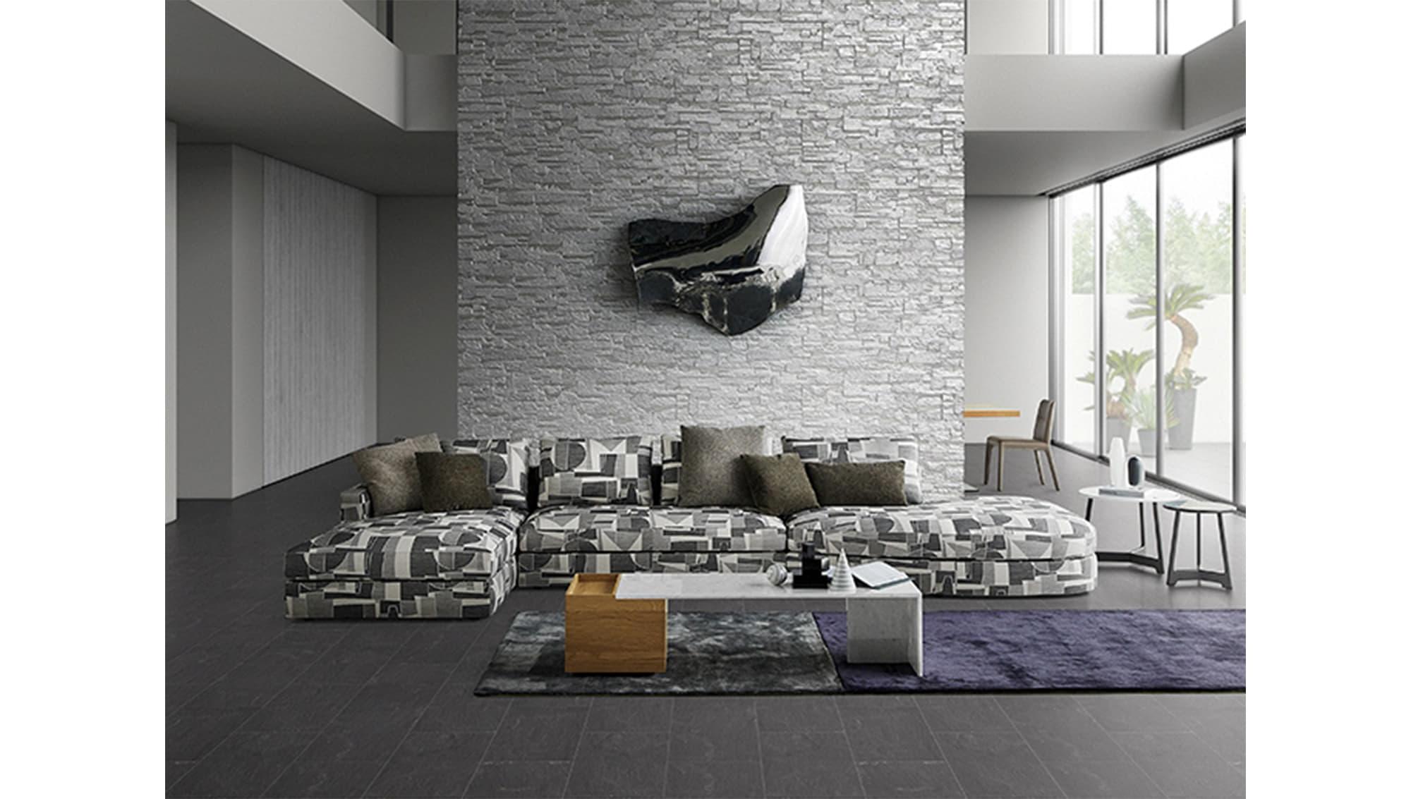 ラウンドや大型のアングルユニットなどを組み合わせる自由なレイアウトが魅力のソファ「MILAN」を用いたエントランスゾーン。