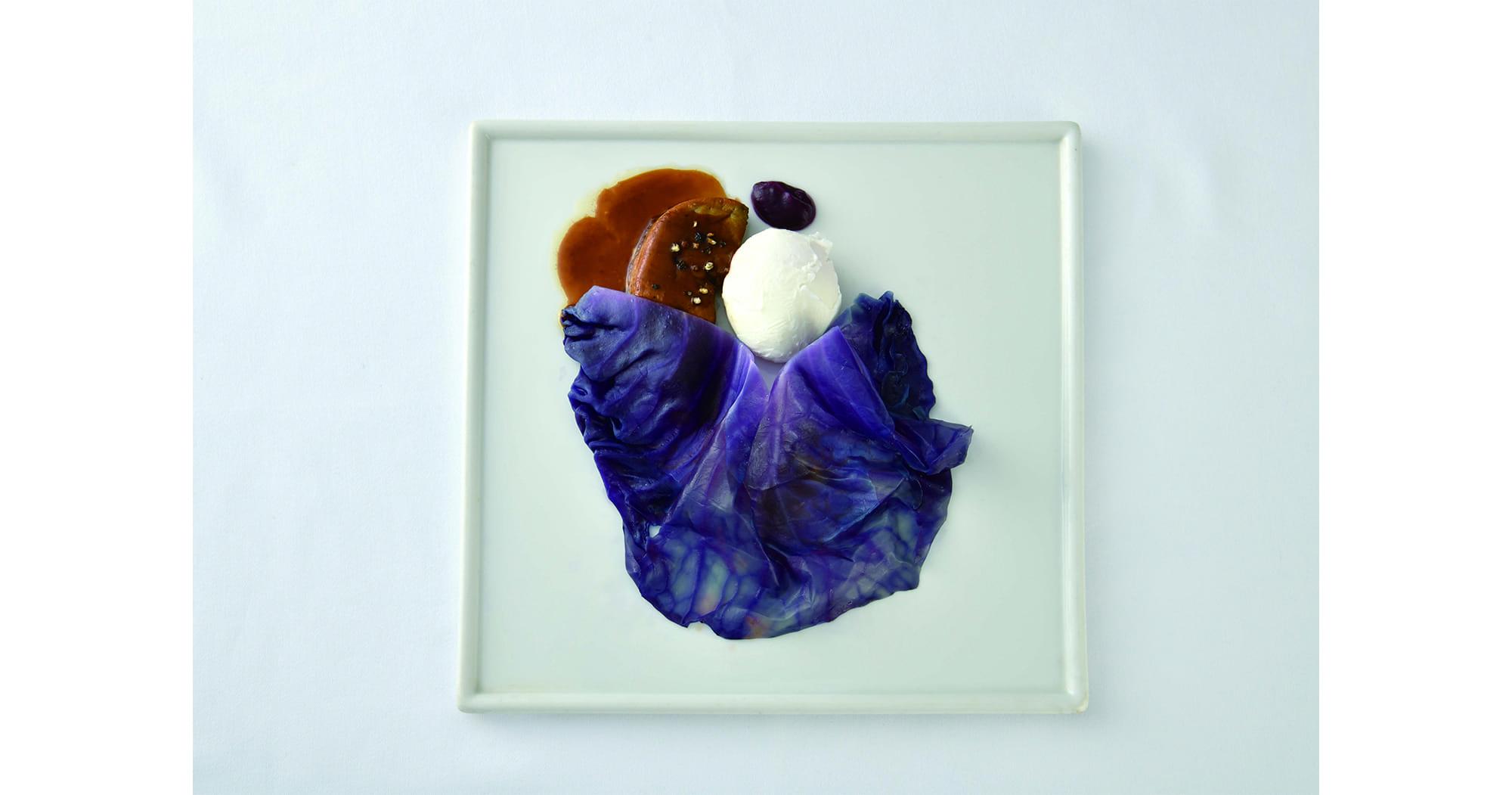 前菜はシニェイ・メルシェ・パール《紫のドレスの婦人》を表現した「鴨フォアグラのポワレ 紫いものピューレと紫きゃべつのエチュベ ポーチドエッグ ソース・ポルト」。
