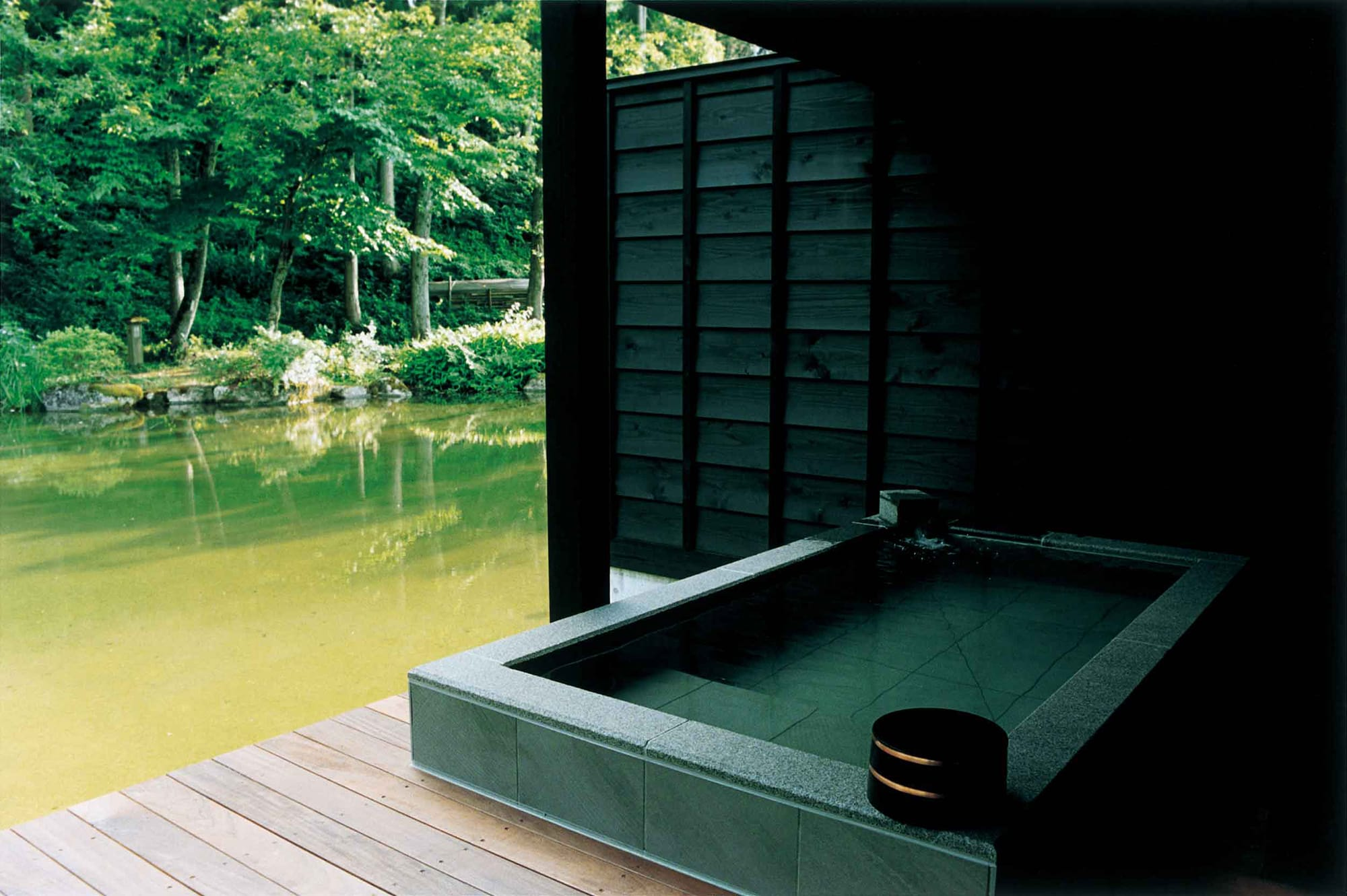 ヴィラスイートのテラスに設置された露天風呂。六日町温泉からひいたお湯を24時間掛け流している。