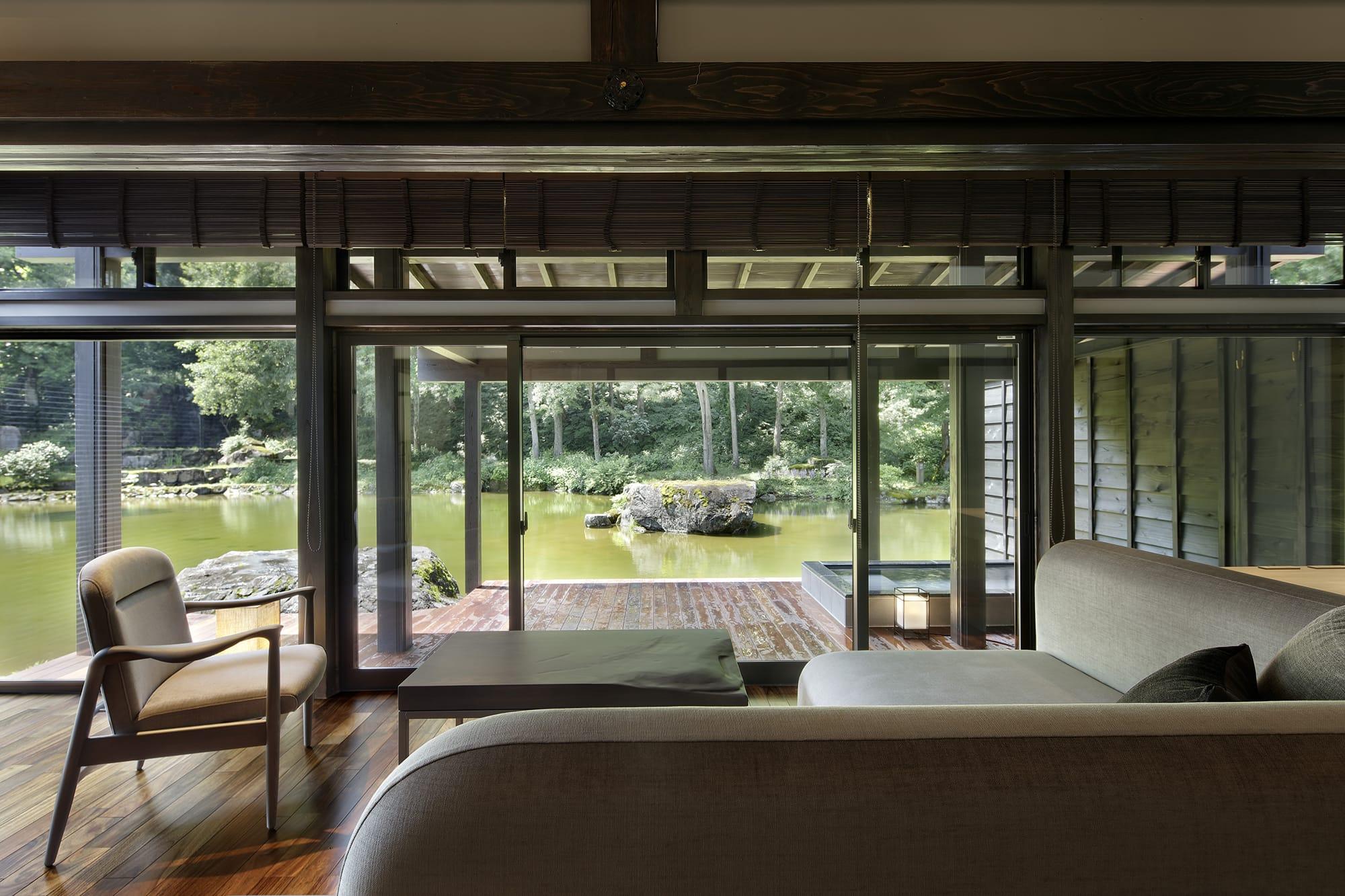 庭を見渡す戸建てのヴィラスイートは、無垢の木材を活かした内装と職人手作りの家具でくつろぎの空間となっている。