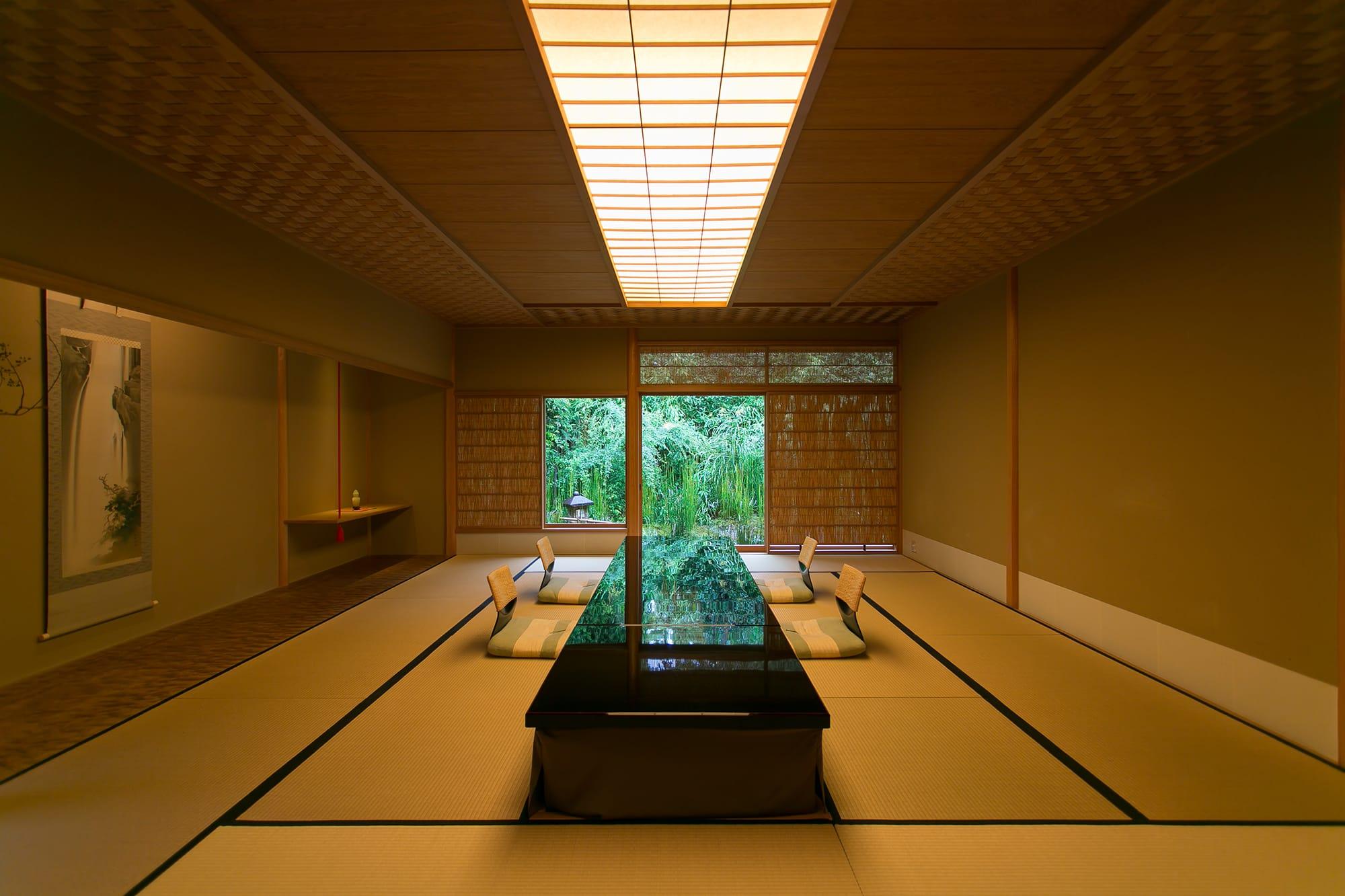 京都東山・高台寺の緑に囲まれ、静かな佇まいをみせる菊乃井本店。江戸末期に建てられた数寄屋造りの本店には個室が11室用意されており、いずれの個室からも庭を愛でることができる。