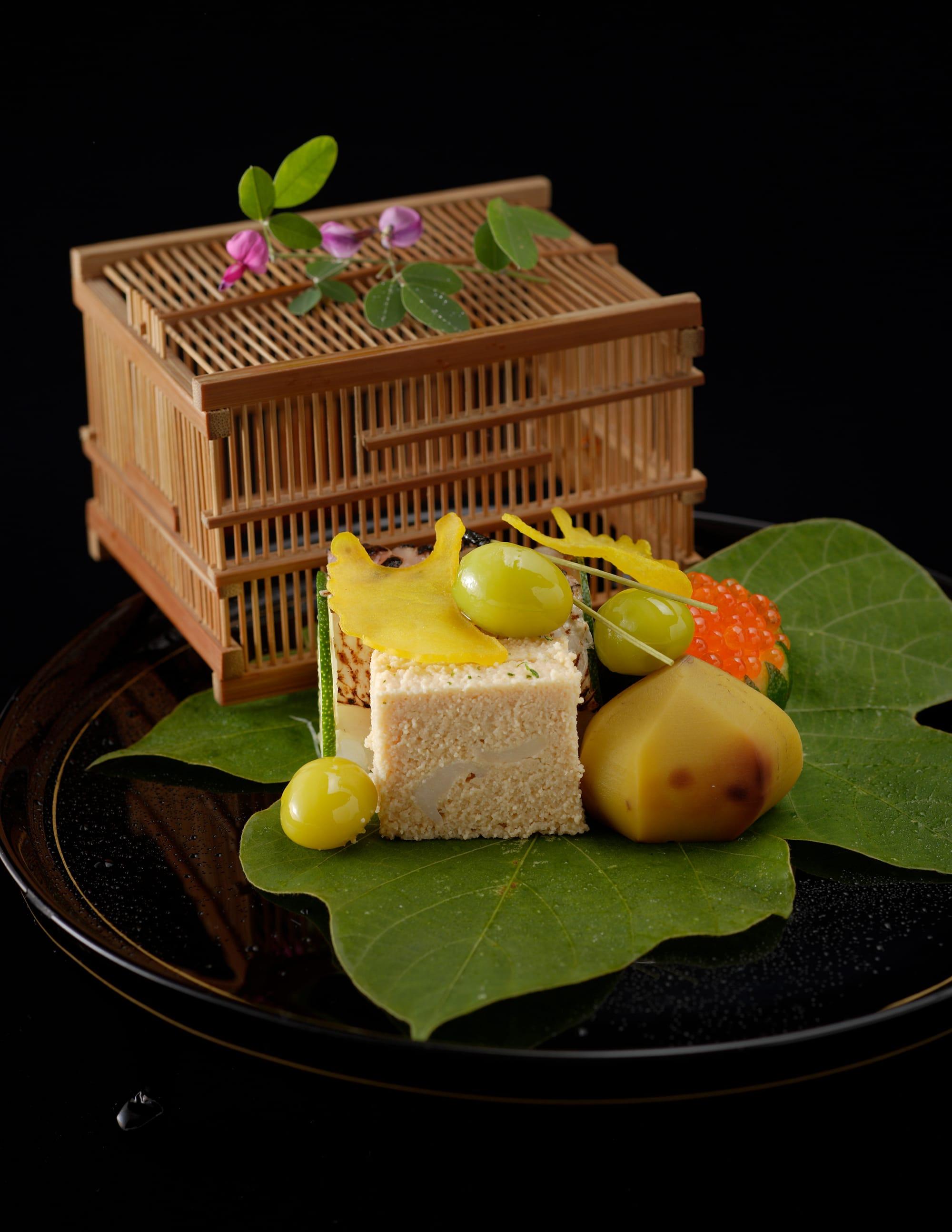 9月の八寸。一世紀にわたり受け継がれてきた菊乃井の料理。四季折々の日本食材を際立たせる手法で調理し、丁寧かつ精巧に盛り付けられている。