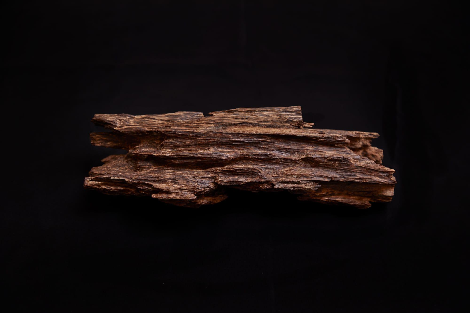聞香会で「大内」と呼ばれた香木は、長さ20cmあまりの堂々とした姿。箱書きには「家木 都の花」とある。聞香会の趣向によって香名がつけられて、香が回る。