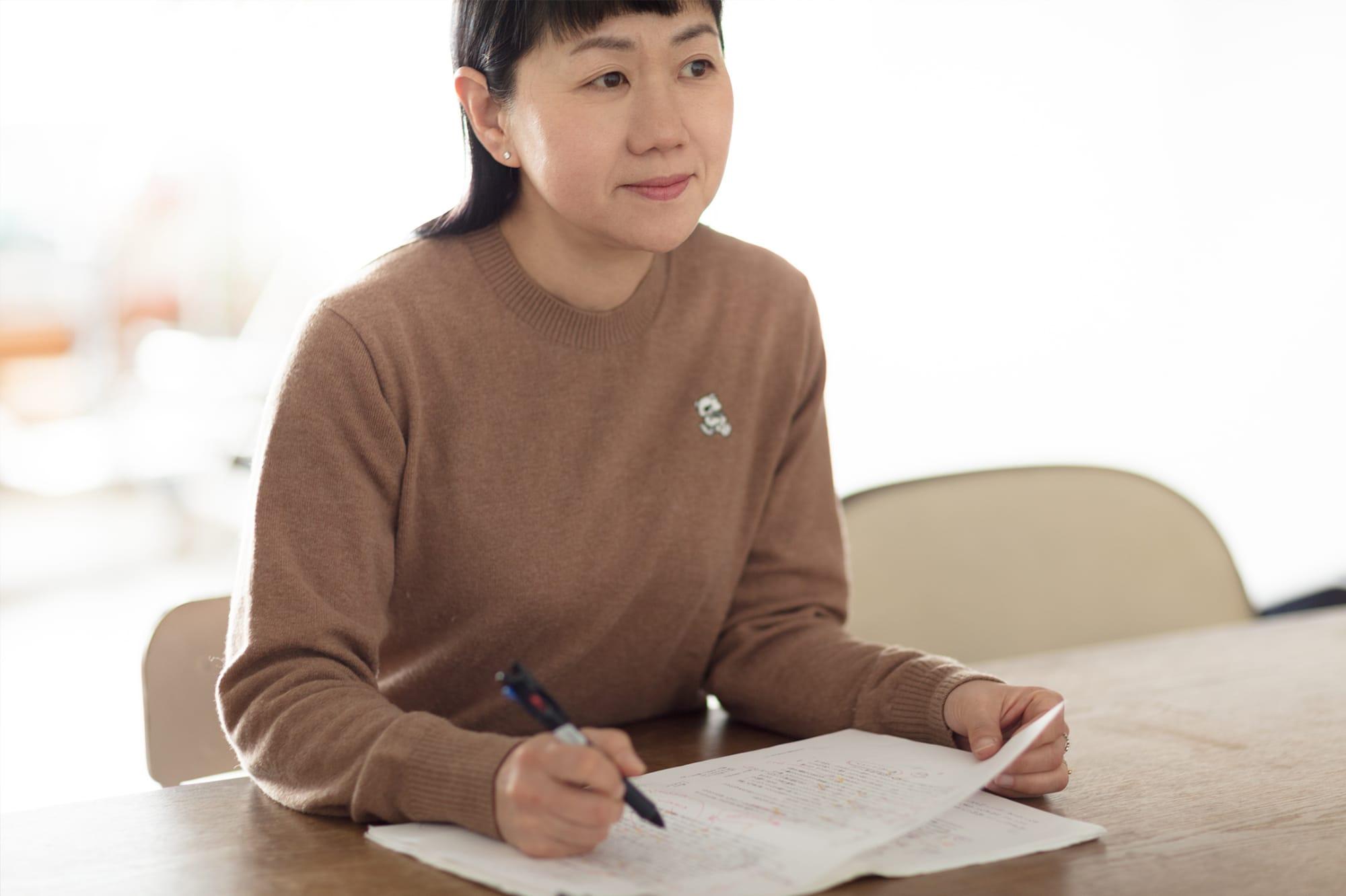 角田訳のユニークさ。たとえば「いつの帝の御時だったでしょうか」と、<敬体>で語り始めたのち「その昔、帝に深く愛されている女がいた」と<常体>に変化。読みやすくする工夫が随所に見られる。
