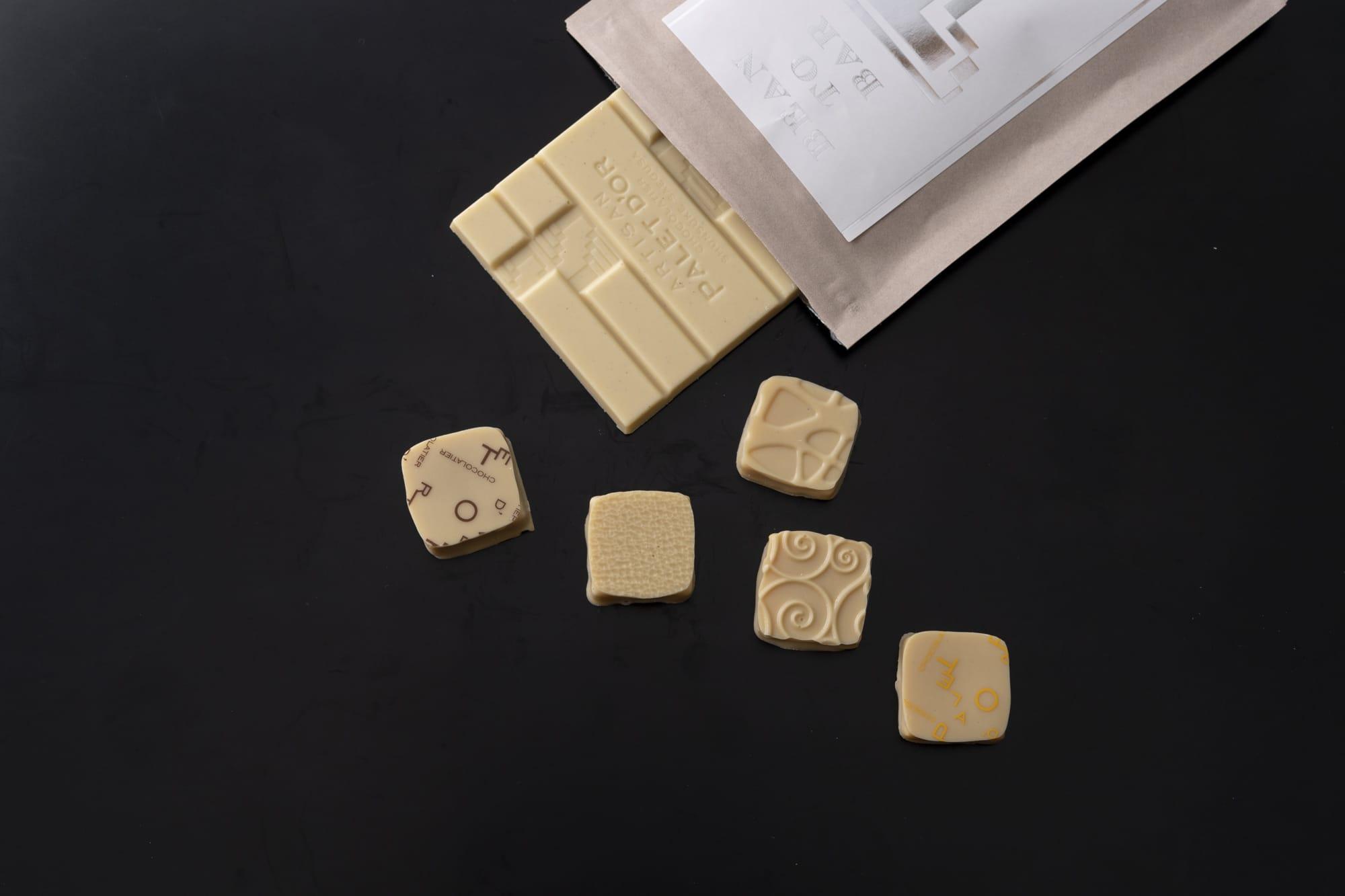 カカオのピュアな味をホワイトチョコレートにも生かせるのは自家製ならでは。タブレット テロワール ブラン「タンザニア」1,200円(税別)は、香りはまぎれもないカカオ、味はミルキーな甘さ。「コフレ ブラン」2,500円(税別)はホワイトチョコレートとフルーツ(あまおう / ライム&レモン / みかん / ゆず / マンゴー)の組み合わせ。フルーツの様々な酸味に新たな魅力を発見できる。