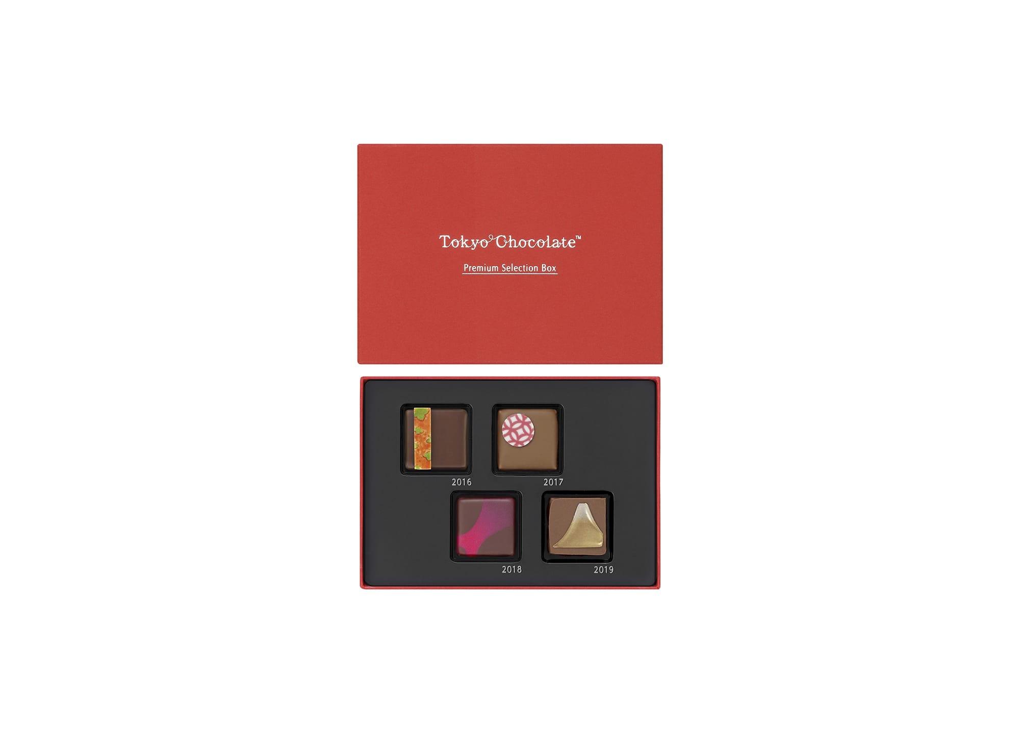 2016~2018年にC.C.C.で金賞をとったチョコレートをセレクトした「トーキョーチョコレートプレミアムセレクションボックス」。上段左から、市田柿の干し柿をジュレとガナッシュにして重ねた「柿」、七宝をイメージした「和のプラリネ」、日仏友好160周年を記念した「薔薇」、2019年の新作「玄米茶と生姜」。1,728円(税込)