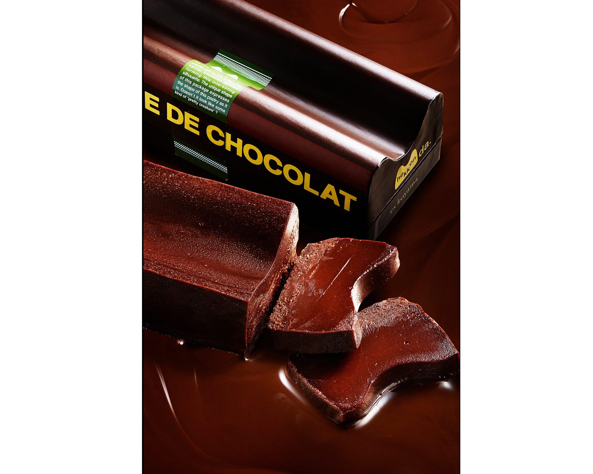 粉を使わず、チョコレートと卵だけで蒸し焼きにした、とろける舌触りとカカオのピュアな風味を楽しめるケーキ「テリーヌ ドゥ ショコラ ヘッコンダ」。焼き上がると中央がへっこむ、そのままの形をパッケージにも、名前にも活かした小山シェフならではのユーモアのセンスが光る。1,728円(税込)