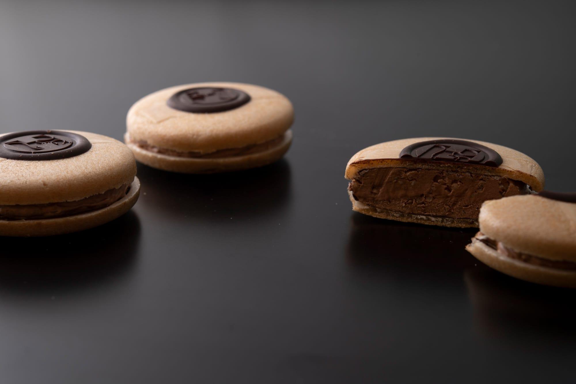 サクサクとした最中に、プラリネノワゼットのエアリーなショコラムースが美味。京都土産のニューフェイスとして注目されている「Monaショコラ」2,083円(税別)。
