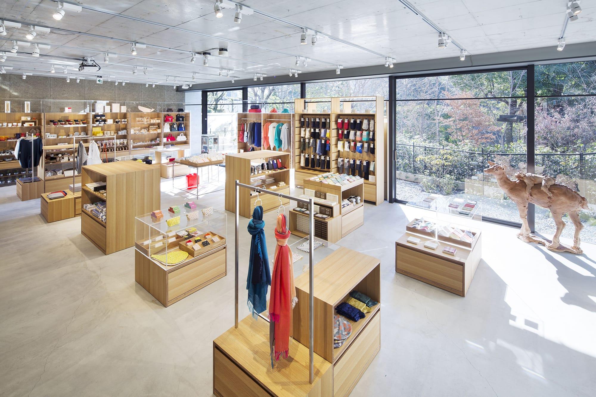 中川政七商店の屋号を掲げて初めての路面店「中川政七商店 表参道店」。同ビルの2階には東京事務所がある。