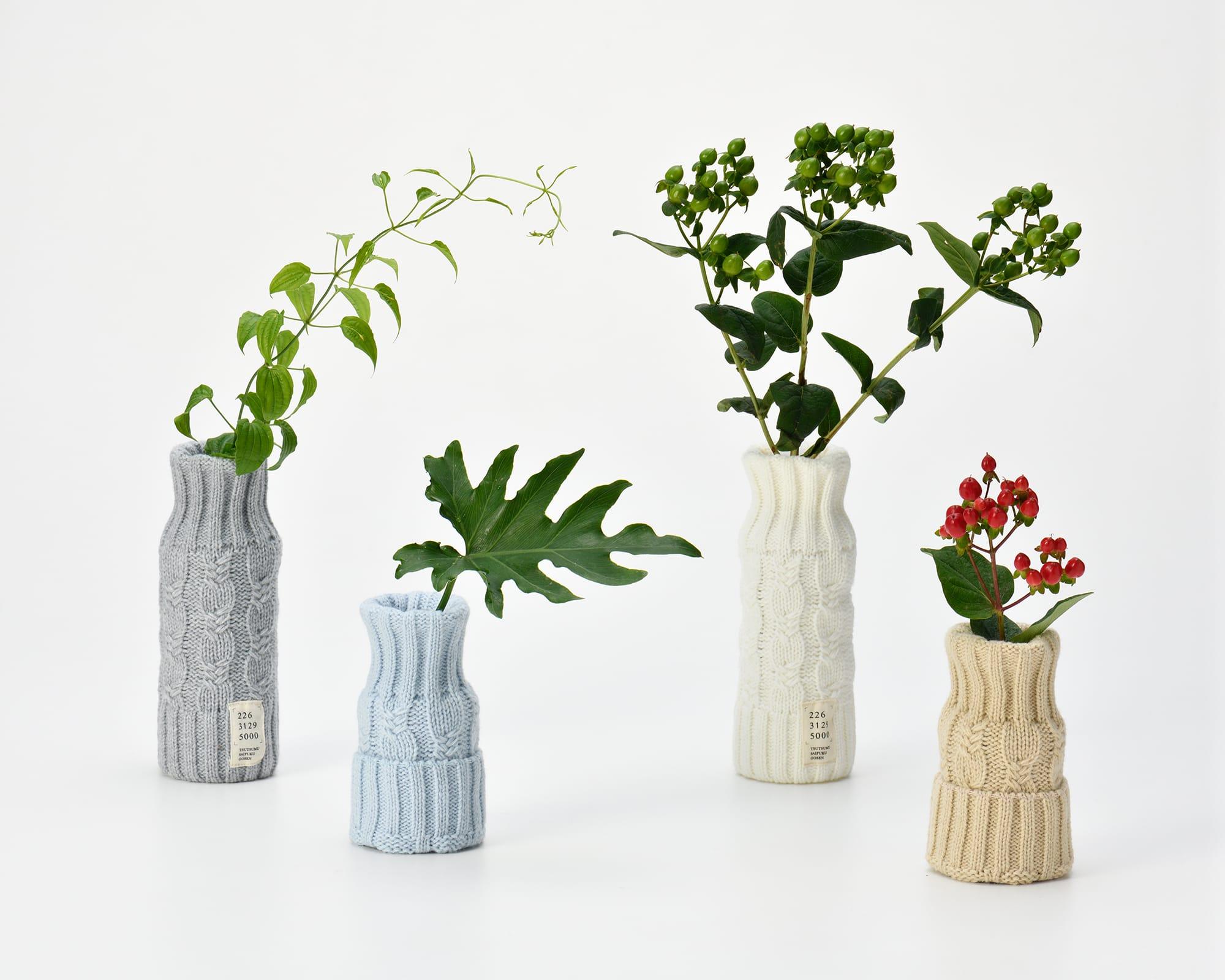 使用後のペットボトルをニットでつつんで花瓶にアップサイクルできる。くらしをつつむシリーズ1,650円(税込)