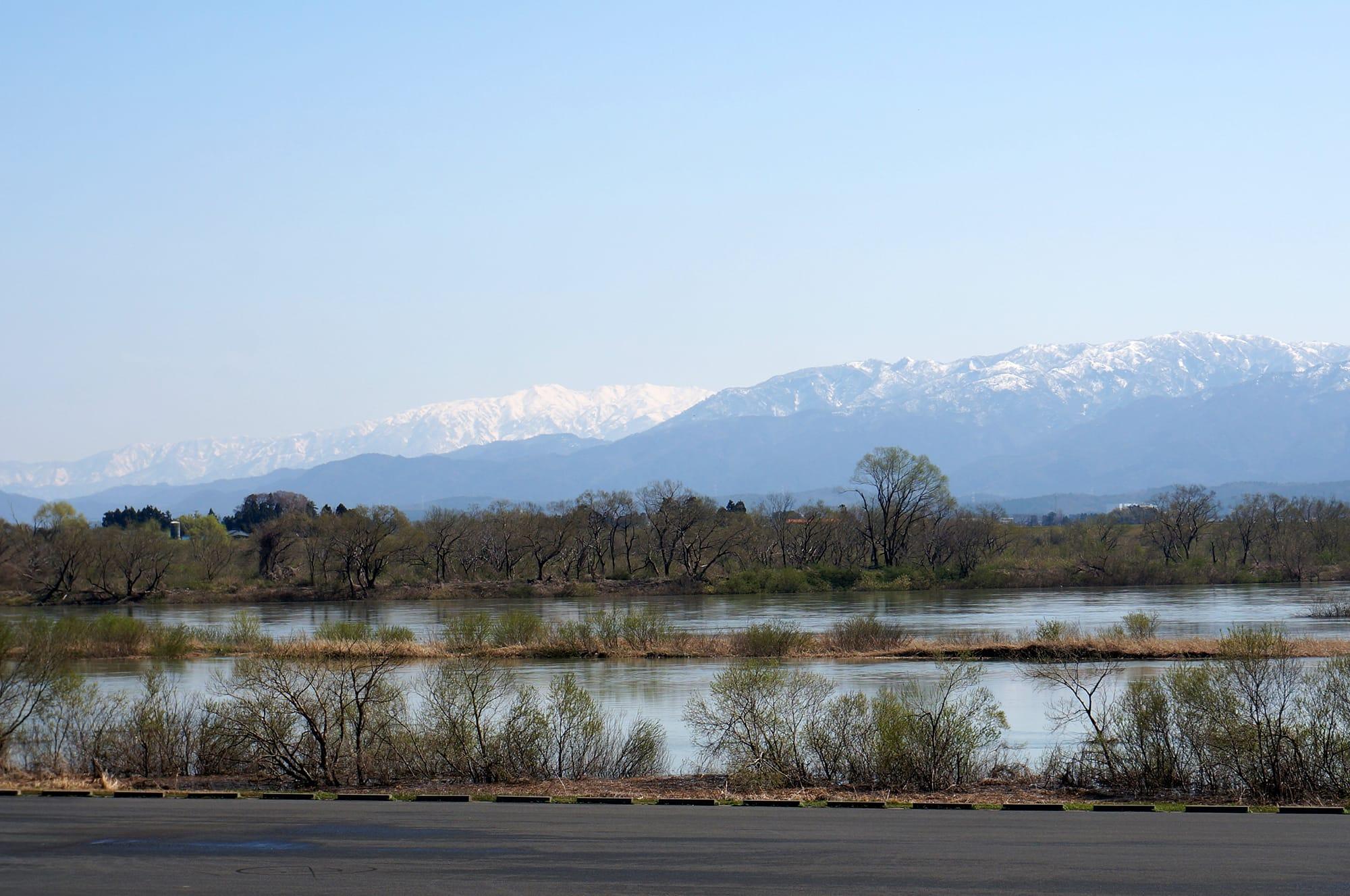 古くから湧き水や地下水に恵まれた新潟県五泉市は、古くから絹織物の生産がさかんな地だったが、洋服の需要が高まりニット製造へと発展した。現在は日本一のニット産地。