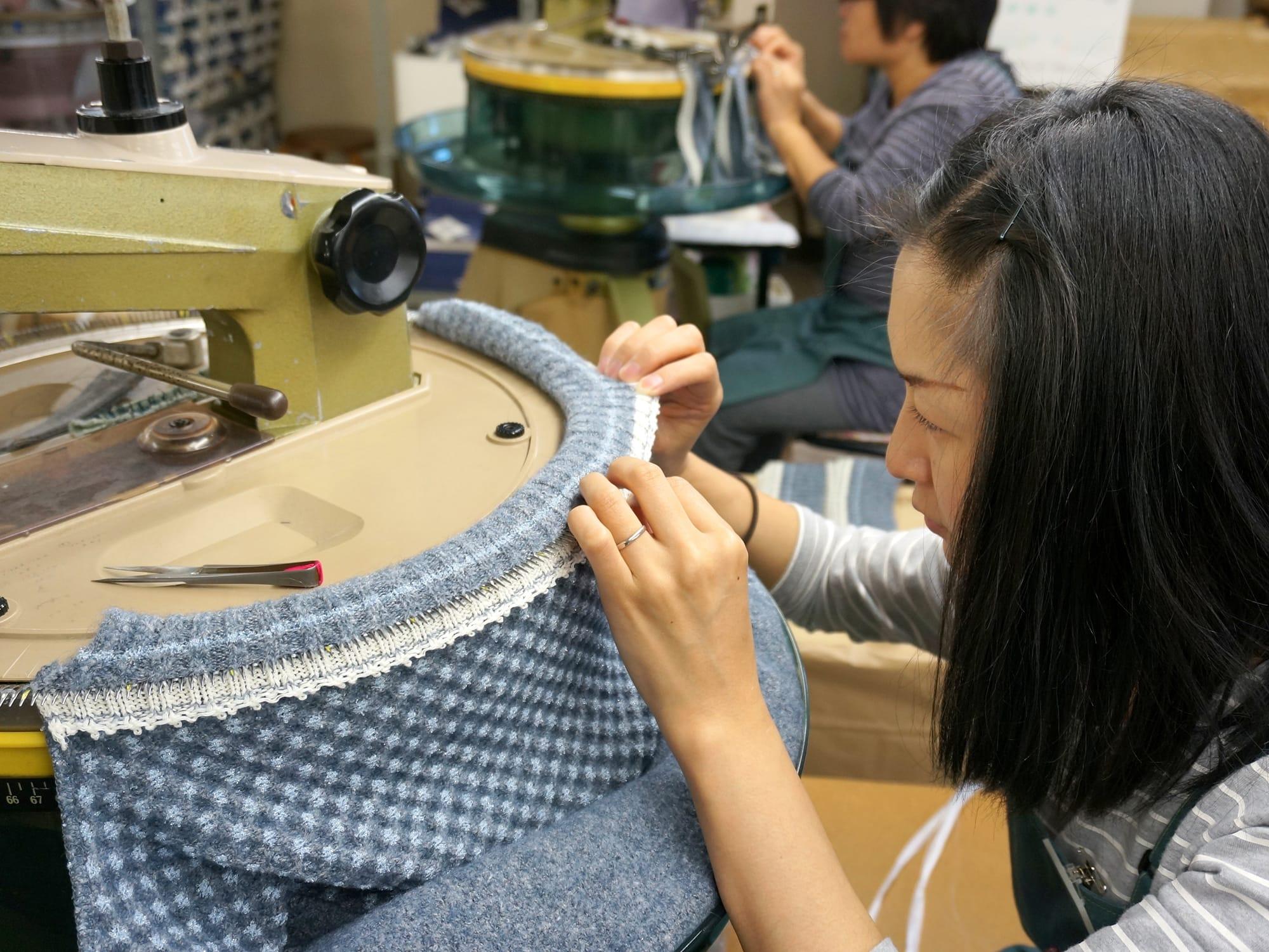 リンキングと呼ばれる、ニットの編み目を一目ずつ、針に通して縫い上げていく作業。