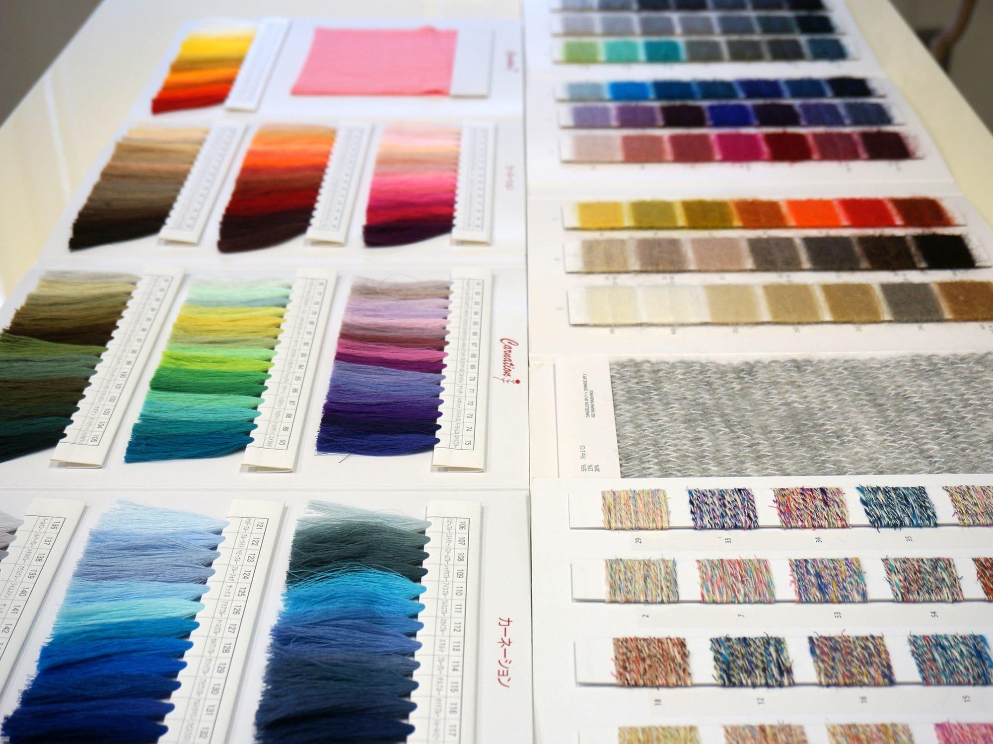 色見本選びからニット制作はスタートする。3月28日(土)・5月9日(土)にサイフクのニット工場見学が実施される。