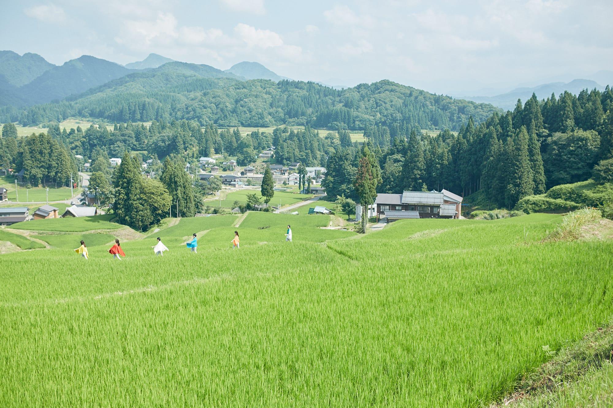 夏の五泉の風景(トップ画像と同じ位置から撮影)。夏の日差しや室内の冷房から身を守るsummer nicoは人気商品。