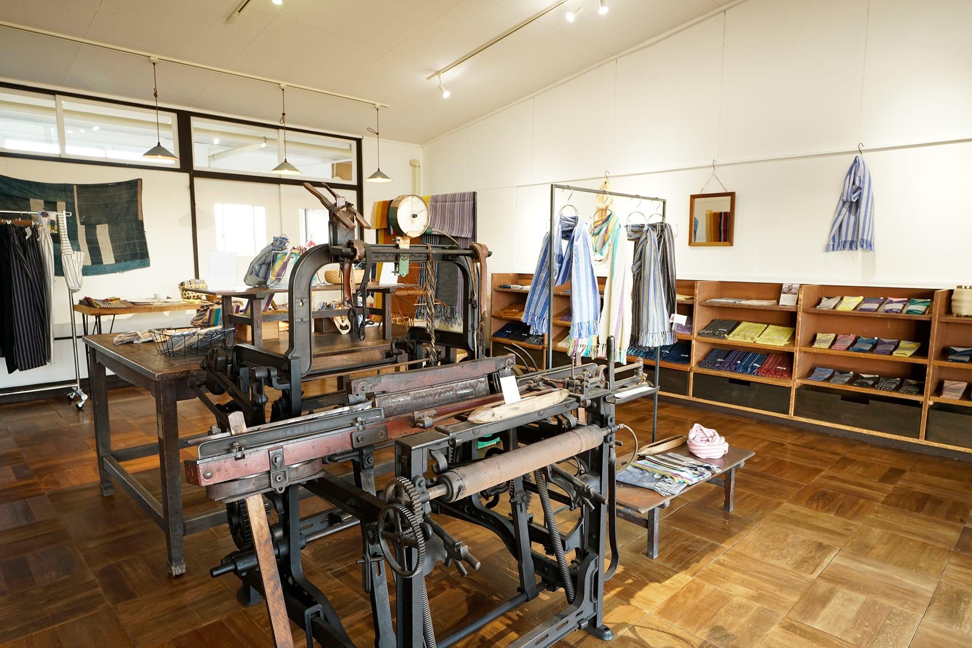 IIE Lab.内にあるショップ。中央には古い織機がディスプレイされている。