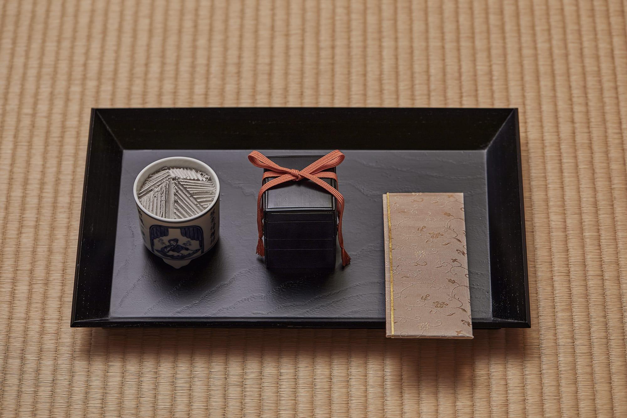 通常の稽古は「組香」と呼ばれる、香りを聞き当てる形式で行われていく。組香の道具が並ぶ。